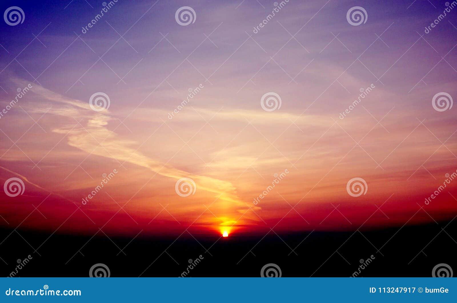 Mañana violeta de la puesta del sol