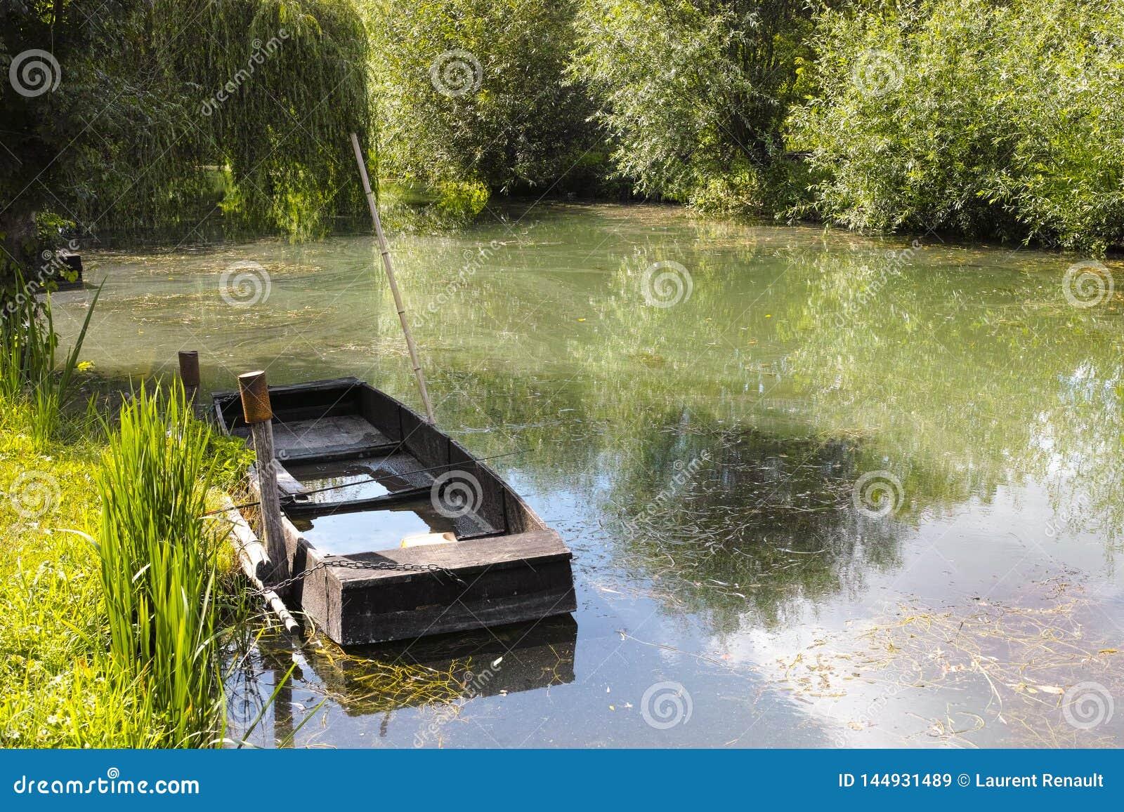 Mała łódka w bagnach w Bourges
