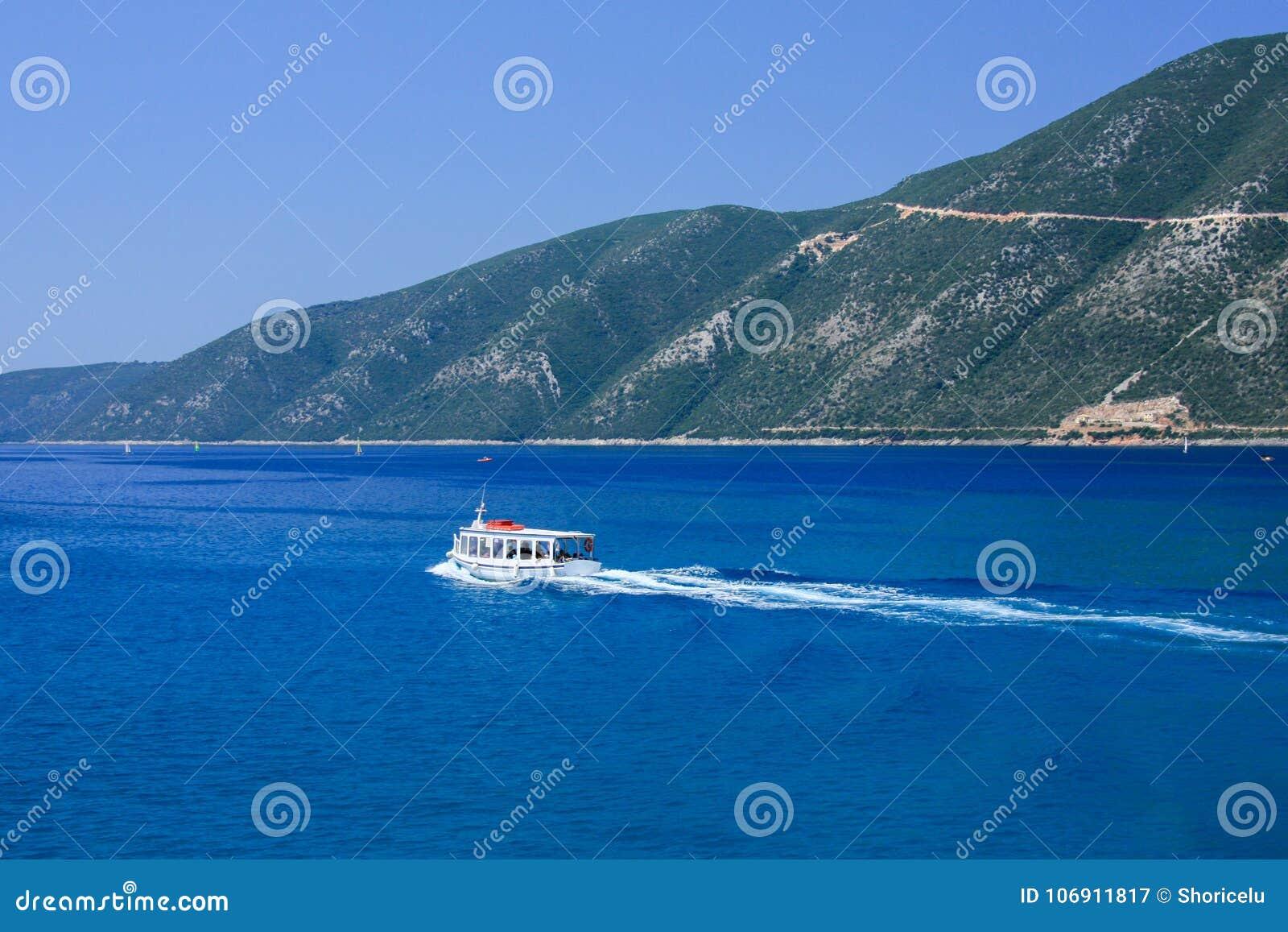 Mała łódka w Mediteraneean morzu