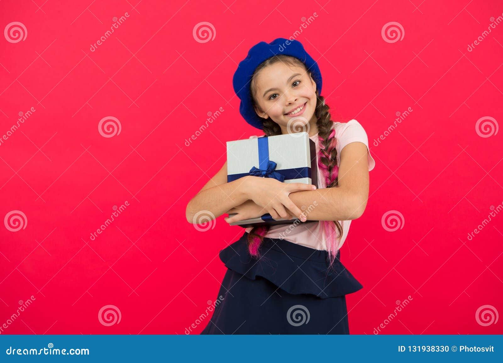 Mała śliczna dziewczyna otrzymywał prezent paczkę z tasiemkowym łękiem Domysł twój dziecko sen czym o Najlepszy boże narodzenie p