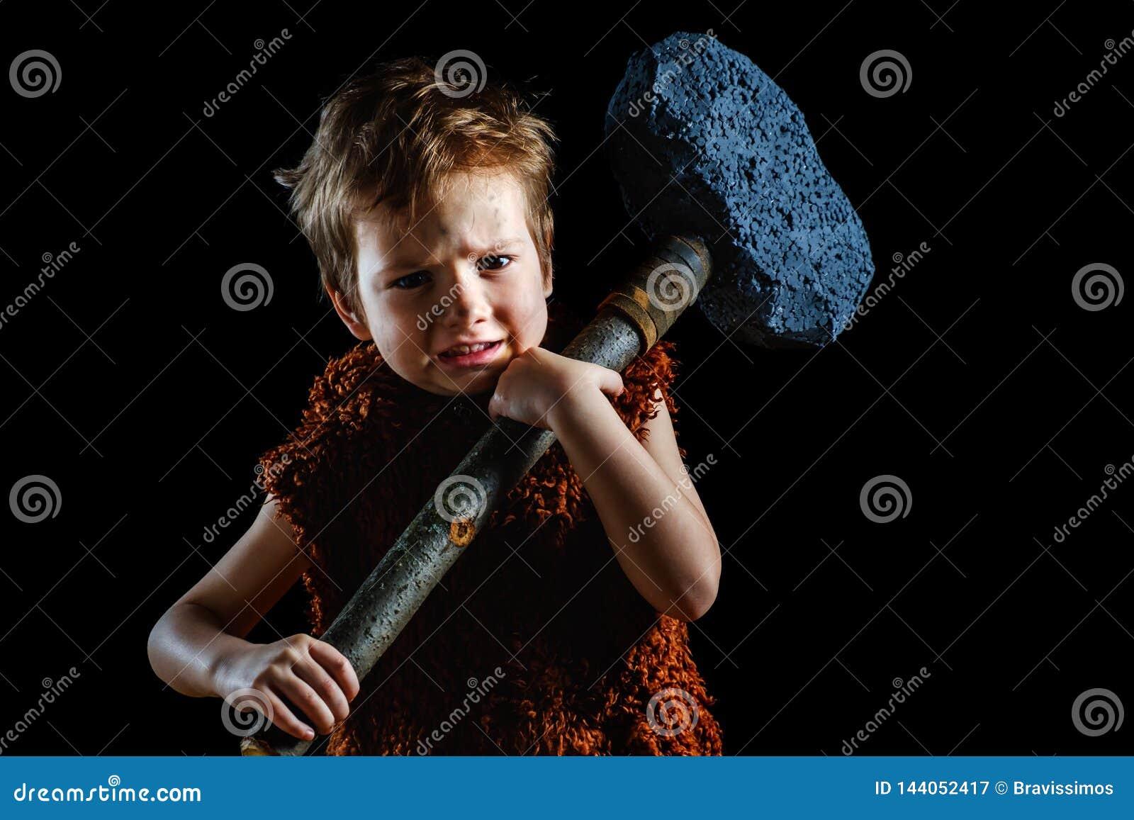 Mała śmieszna gniewna wojownik chłopiec Neandertalczyk lub cro Antyczny caveman, antyczny