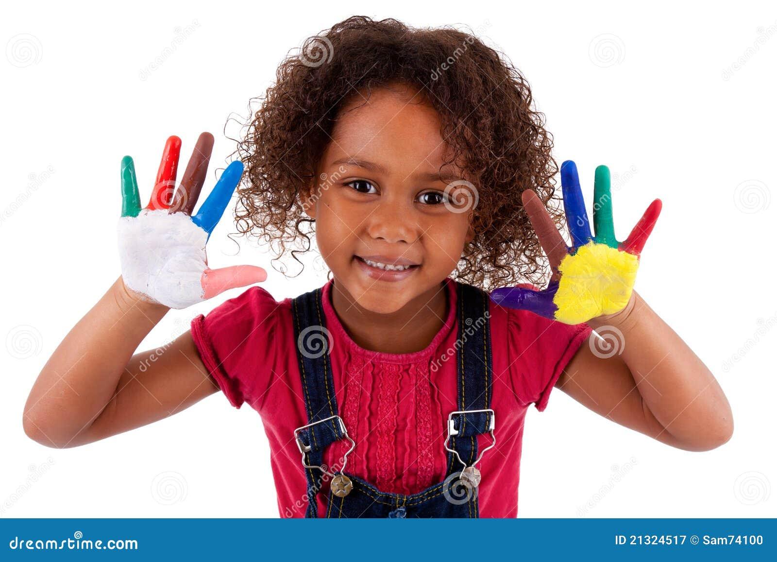 Mała Afrykańska Azjatycka dziewczyna z rękami malować