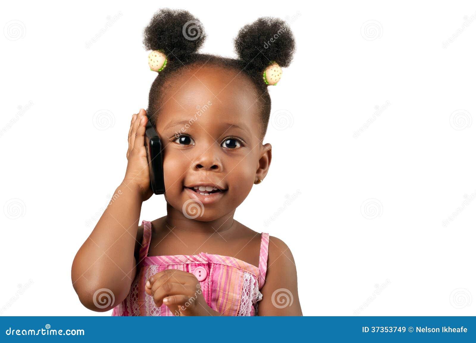 Mała amerykanin afrykańskiego pochodzenia dziewczyna opowiada telefon