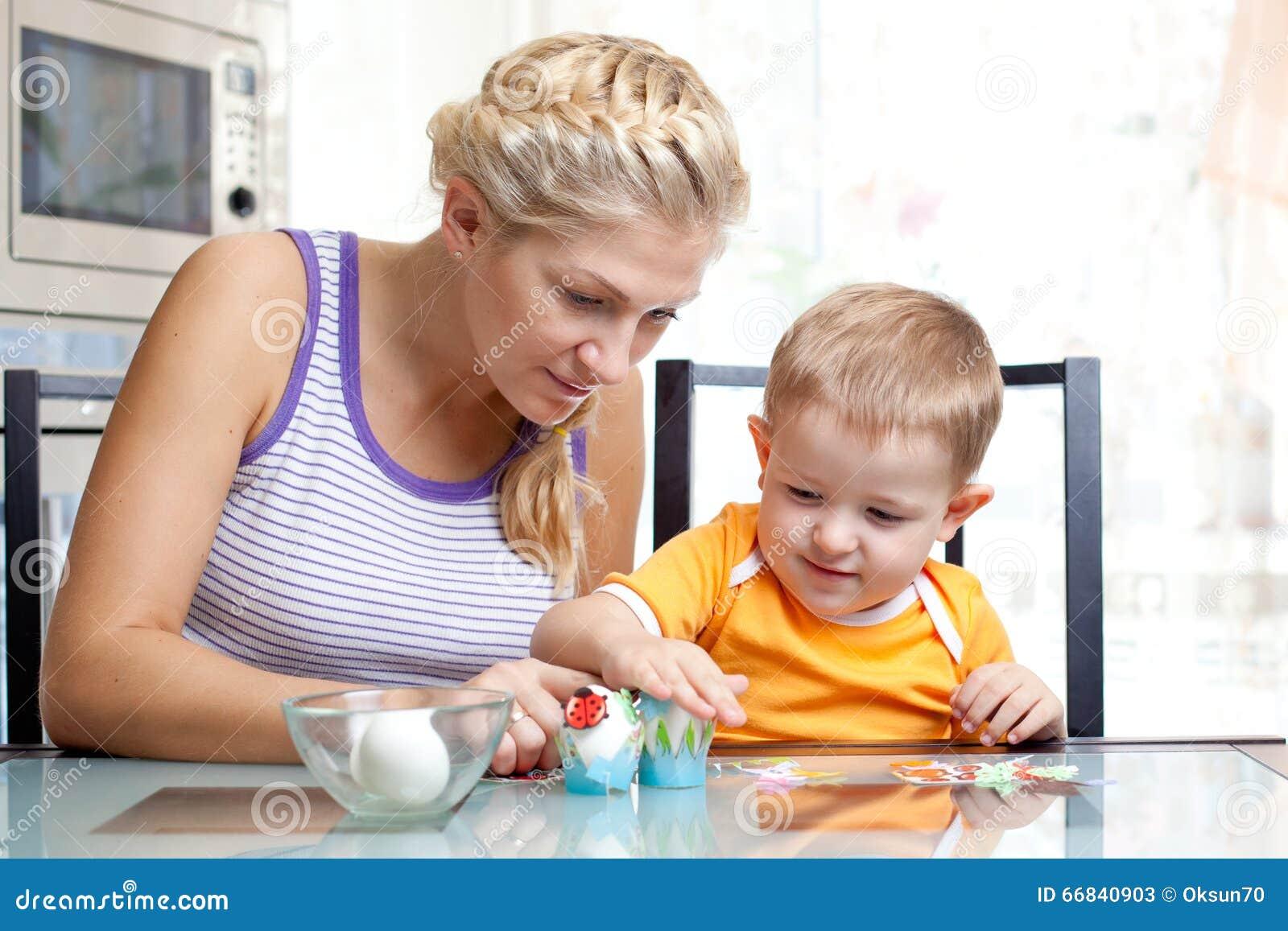 Mała berbeć chłopiec, jego i matkujemy mieć zabawę z narządzań jajkami dla Wielkanocnego jajka polowania, tradycyjna akcja dla Ws