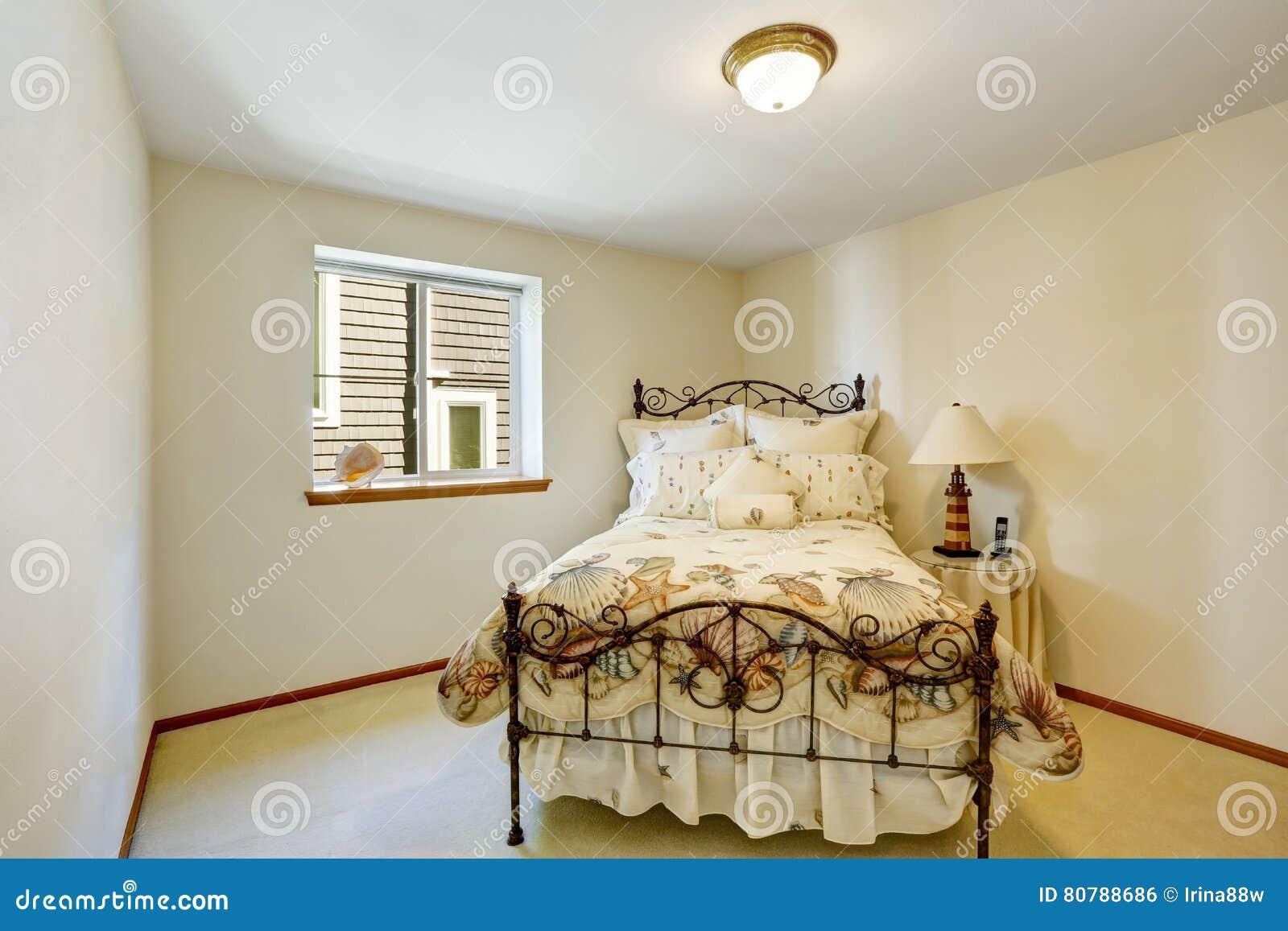 Mała Biała Sypialnia Z żelazną łóżka I żołnierza Piechoty