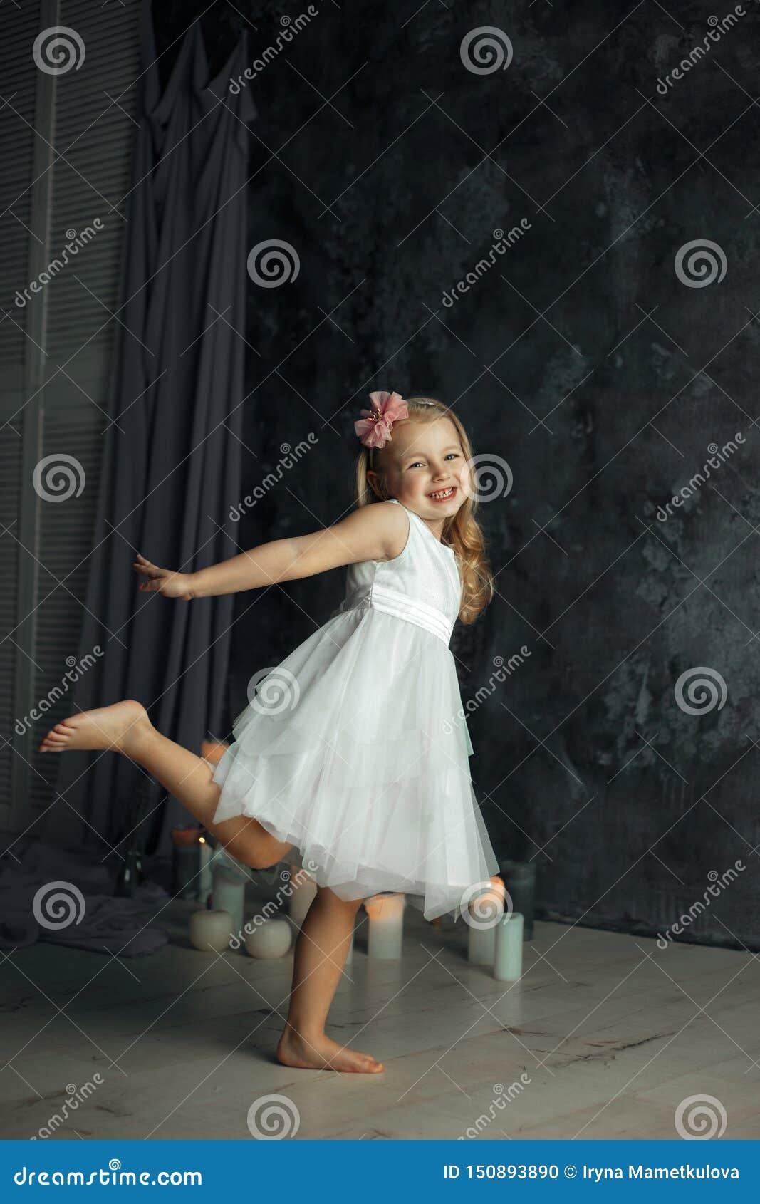 Mała blondynka włosy dziewczyna jako balerina