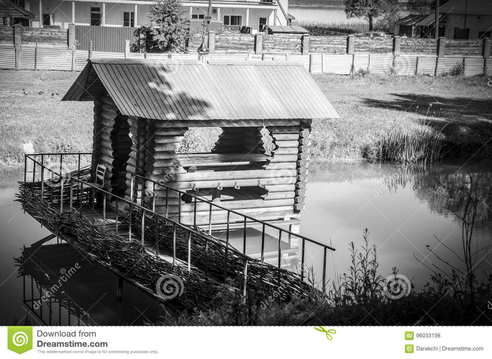 Mała czarny i biały domowa pozycja po środku rzeki