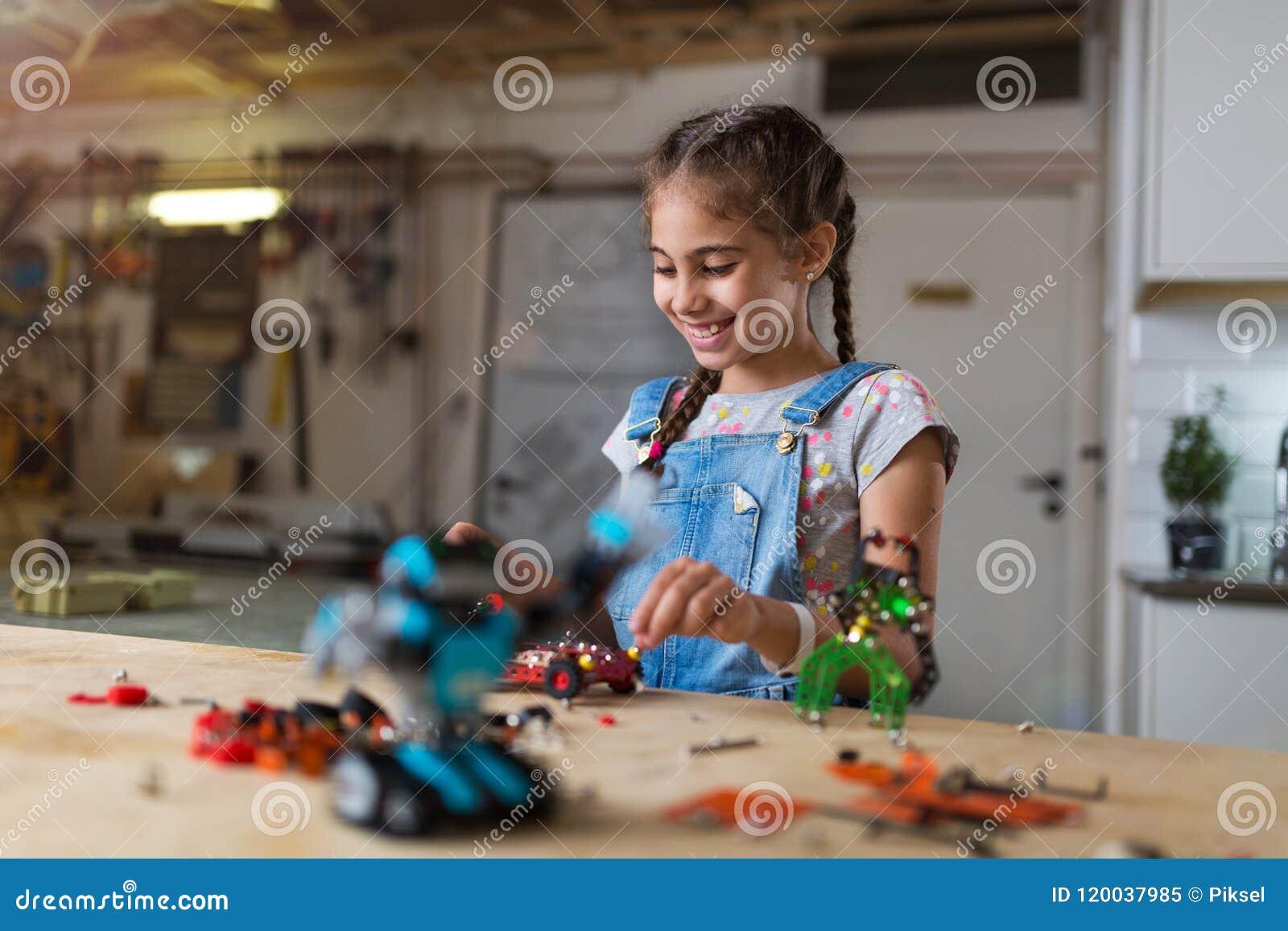 Mała dziewczyna robi robotowi
