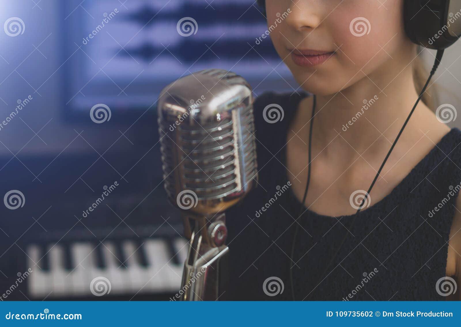 Mała dziewczynka śpiewa piosenkę