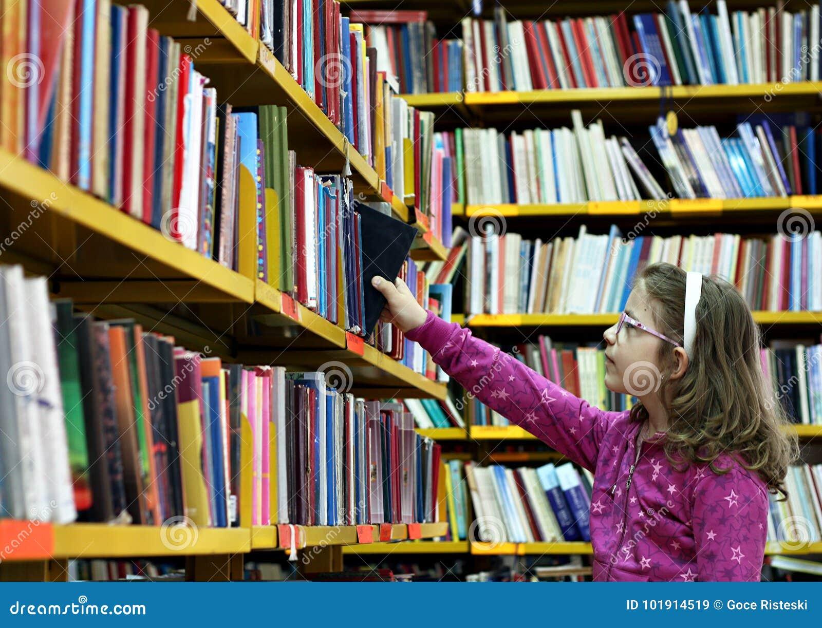 Mała dziewczynka bierze książkę