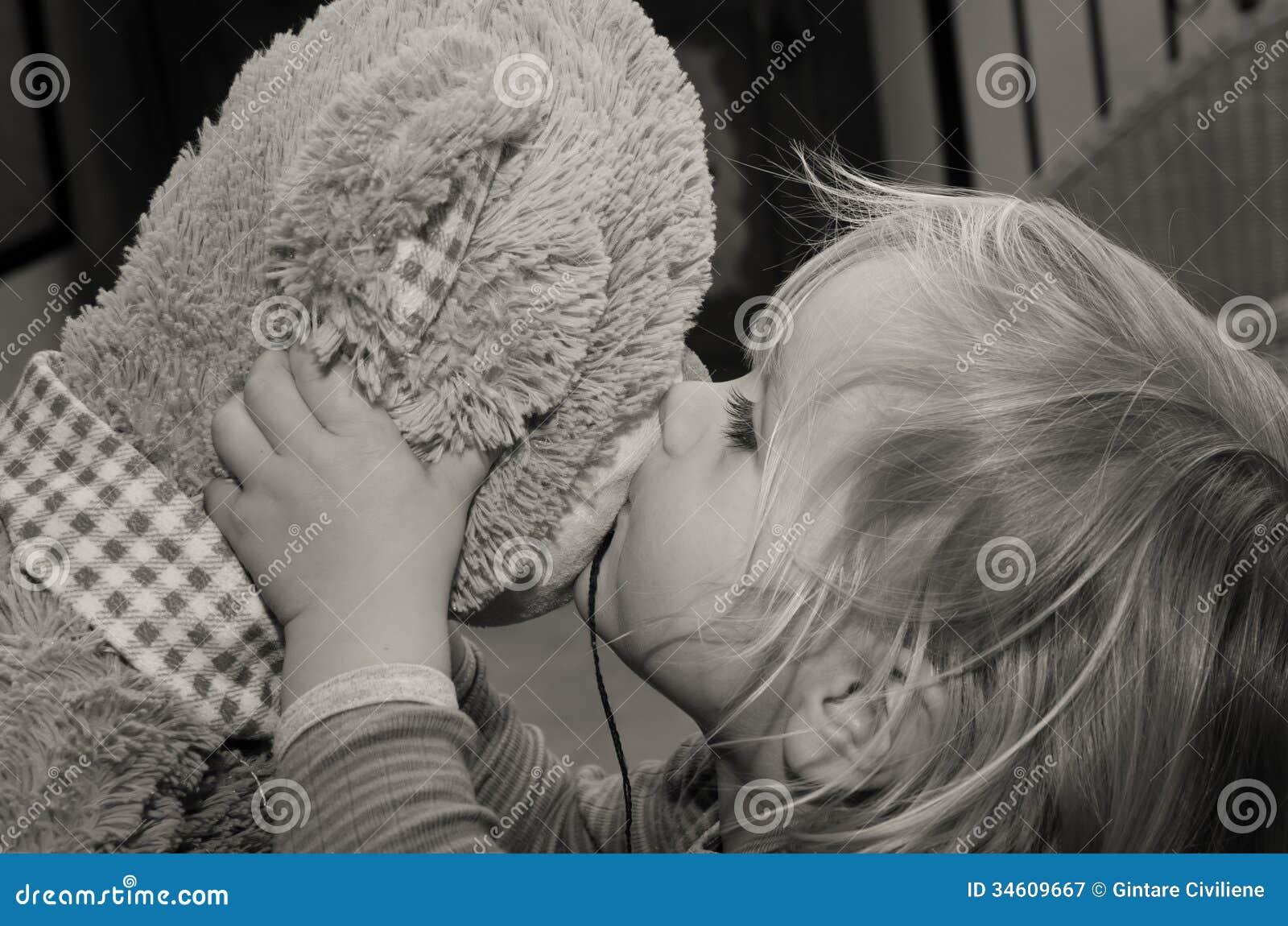 Mała dziewczynka buziaków niedźwiedzia zabawka dla do widzenia