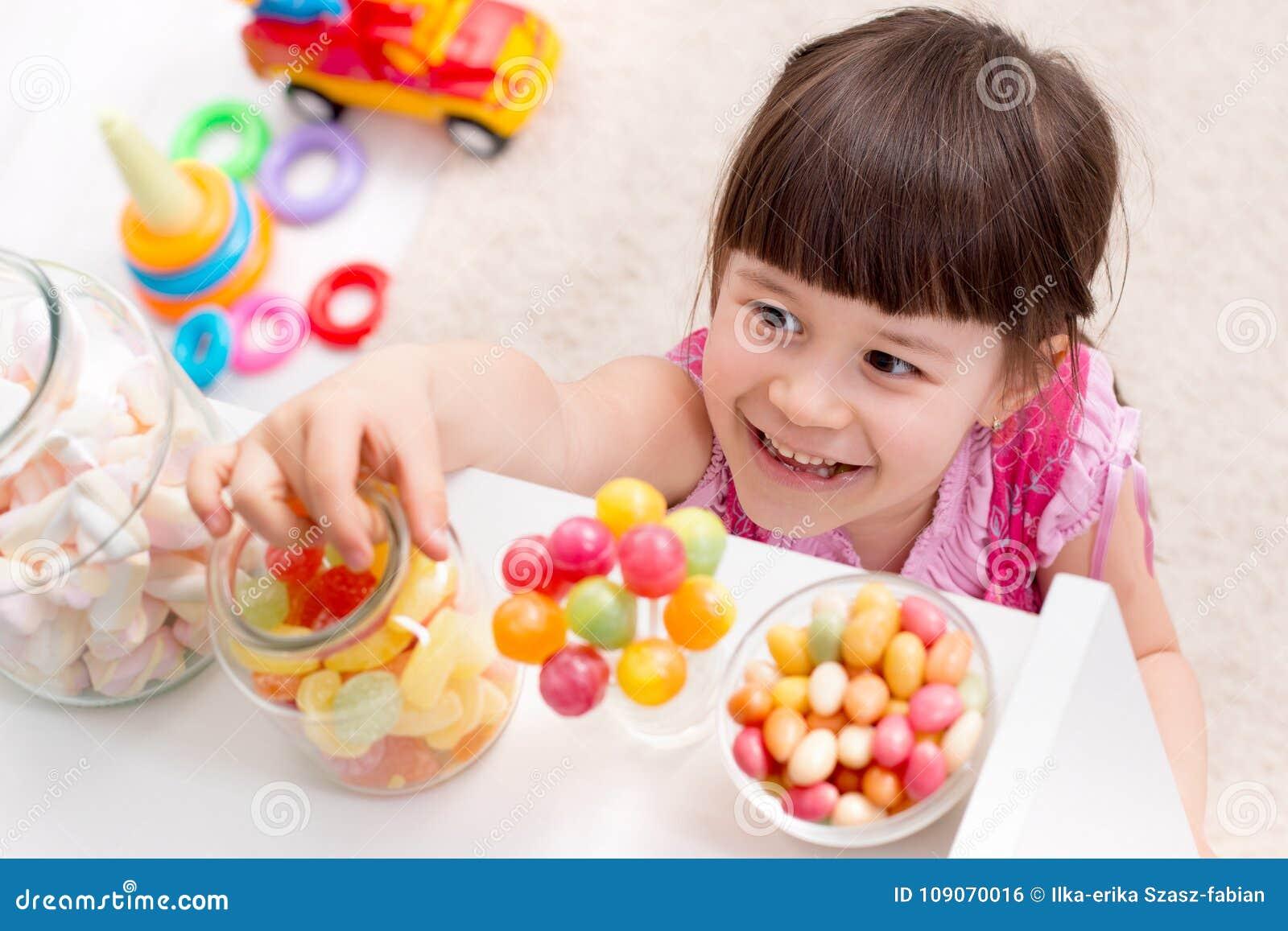 Mała dziewczynka chce cukierek