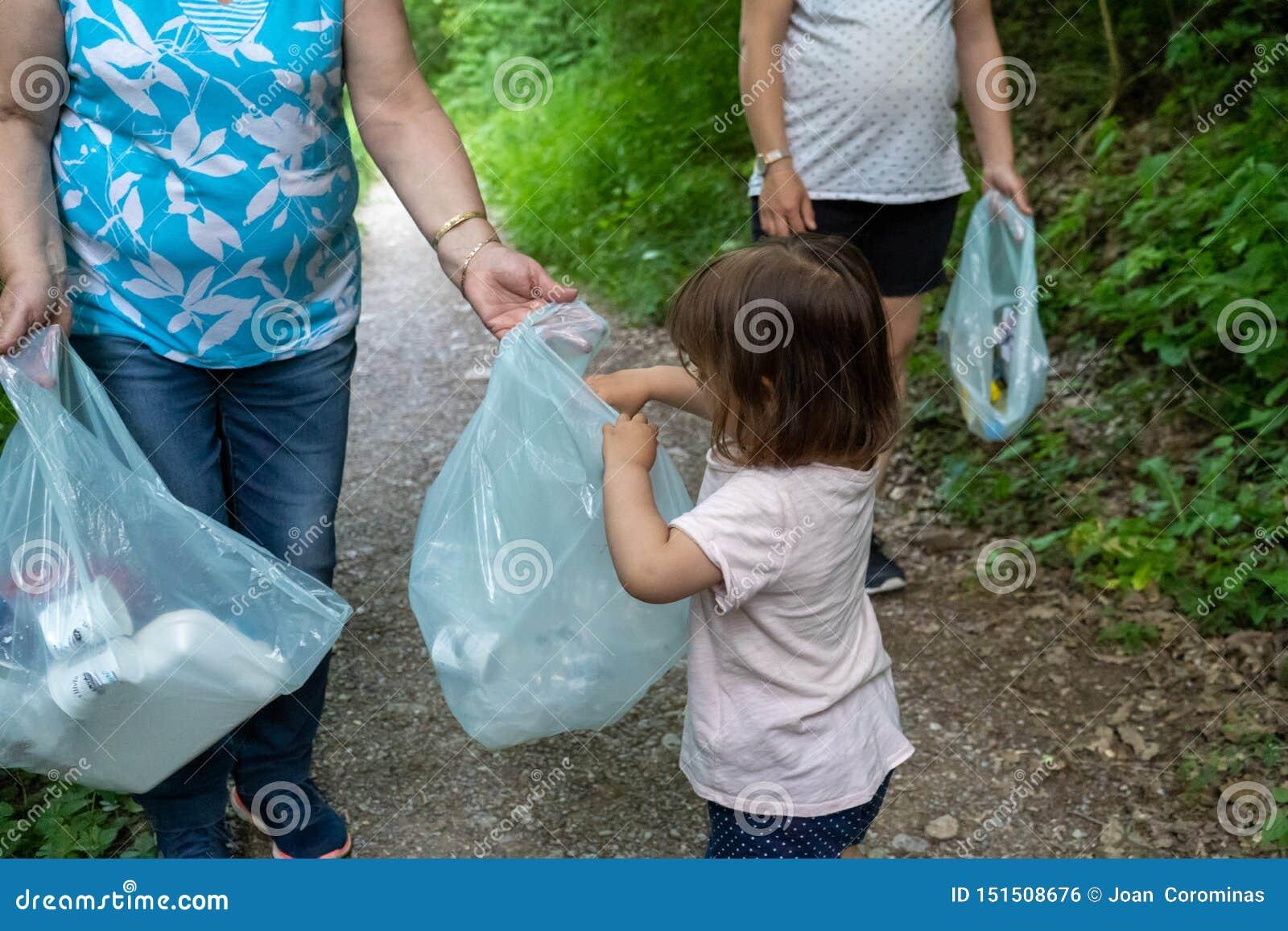 Mała dziewczynka, ciężarna matka i babcia czyści las klingeryty,