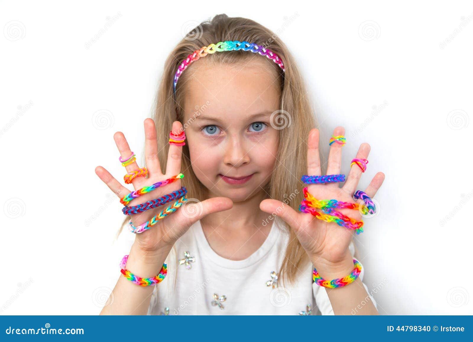 Mała dziewczynka demonstruje ona pracy od krosienek uderzeń
