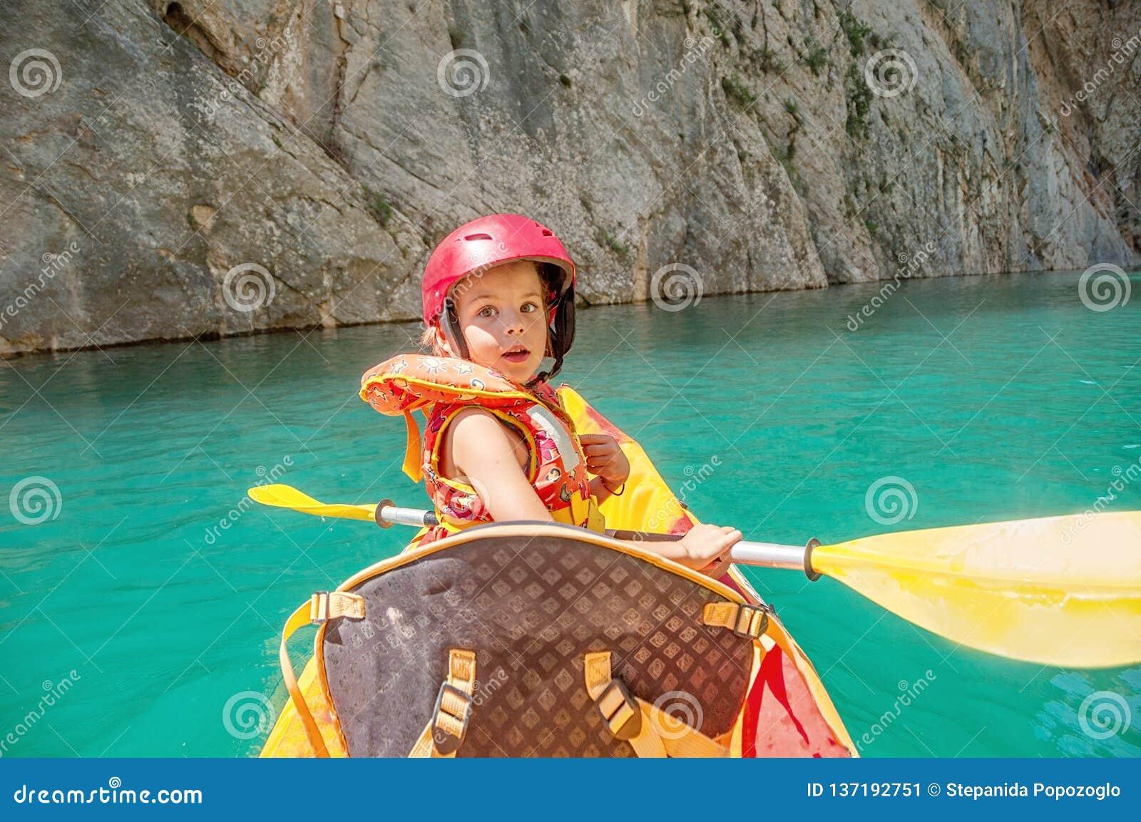 Mała dziewczynka kayaking na pięknej rzece, ma zabawę i cieszy się, bawi się outdoors Wodny sport i campingowa zabawa Mont-Rebei