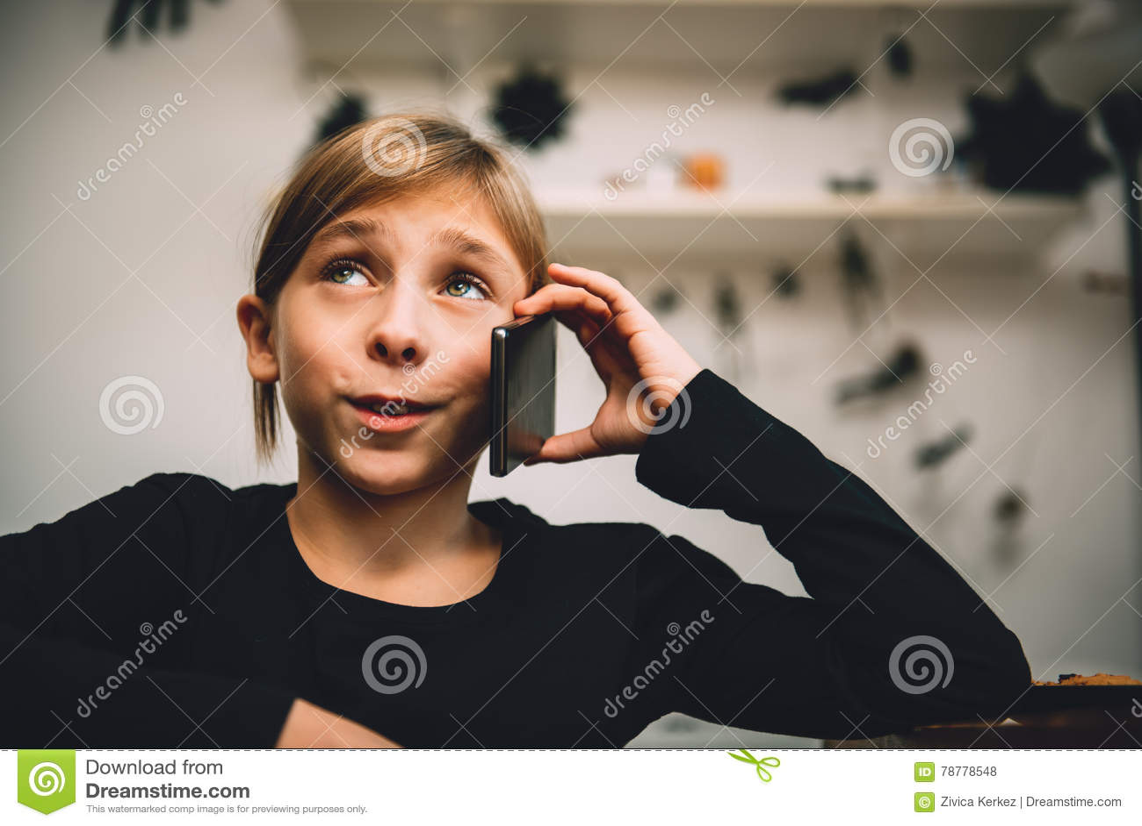Mała dziewczynka ma rozmowę telefonicza