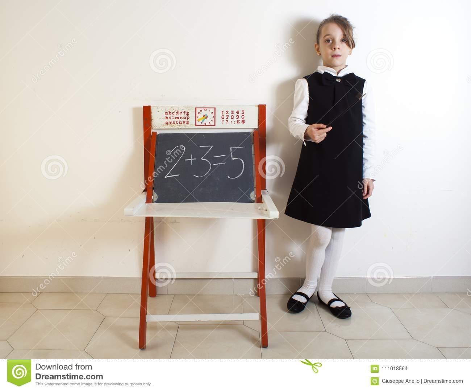 Mała dziewczynka obok chalkboard