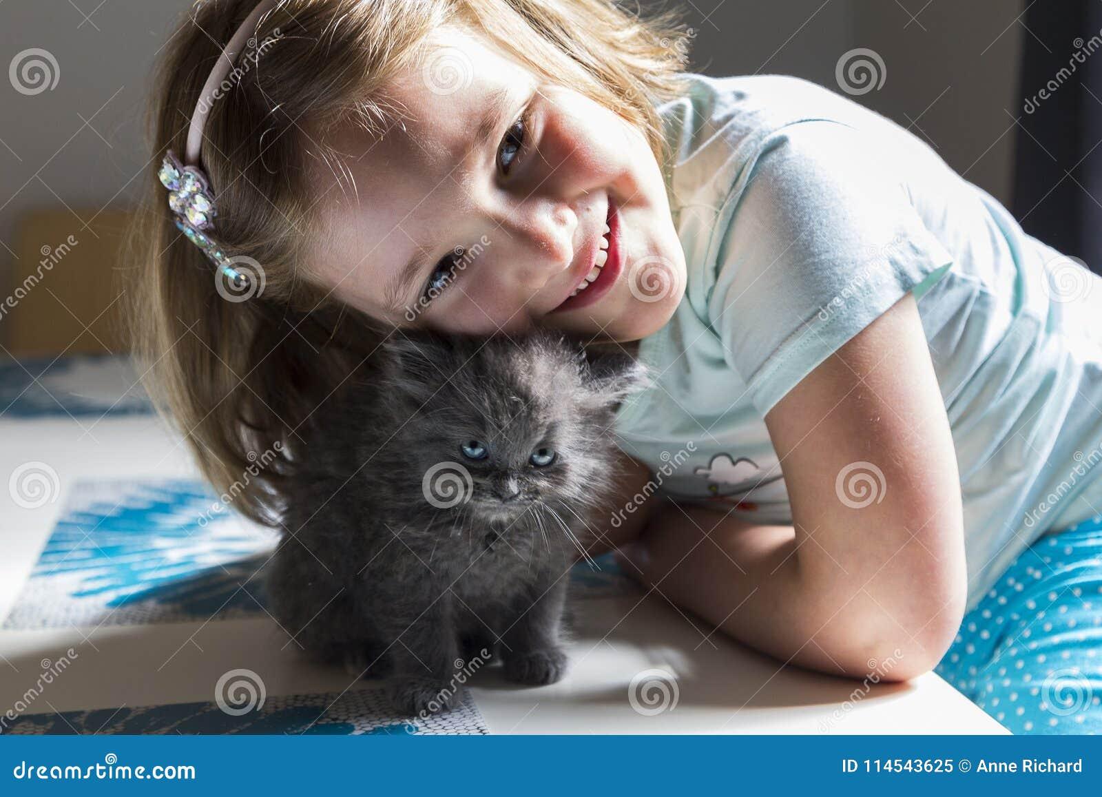 Mała dziewczynka opiera nad jej uroczy błękitnooki malutkim siwieje figlarki