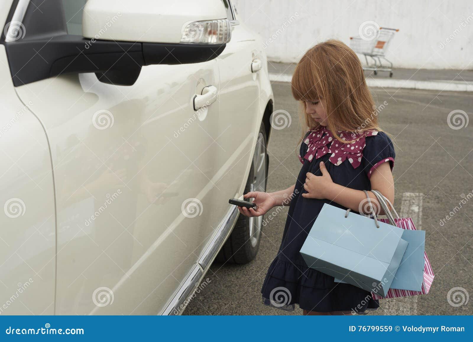 Mała dziewczynka otwiera samochód