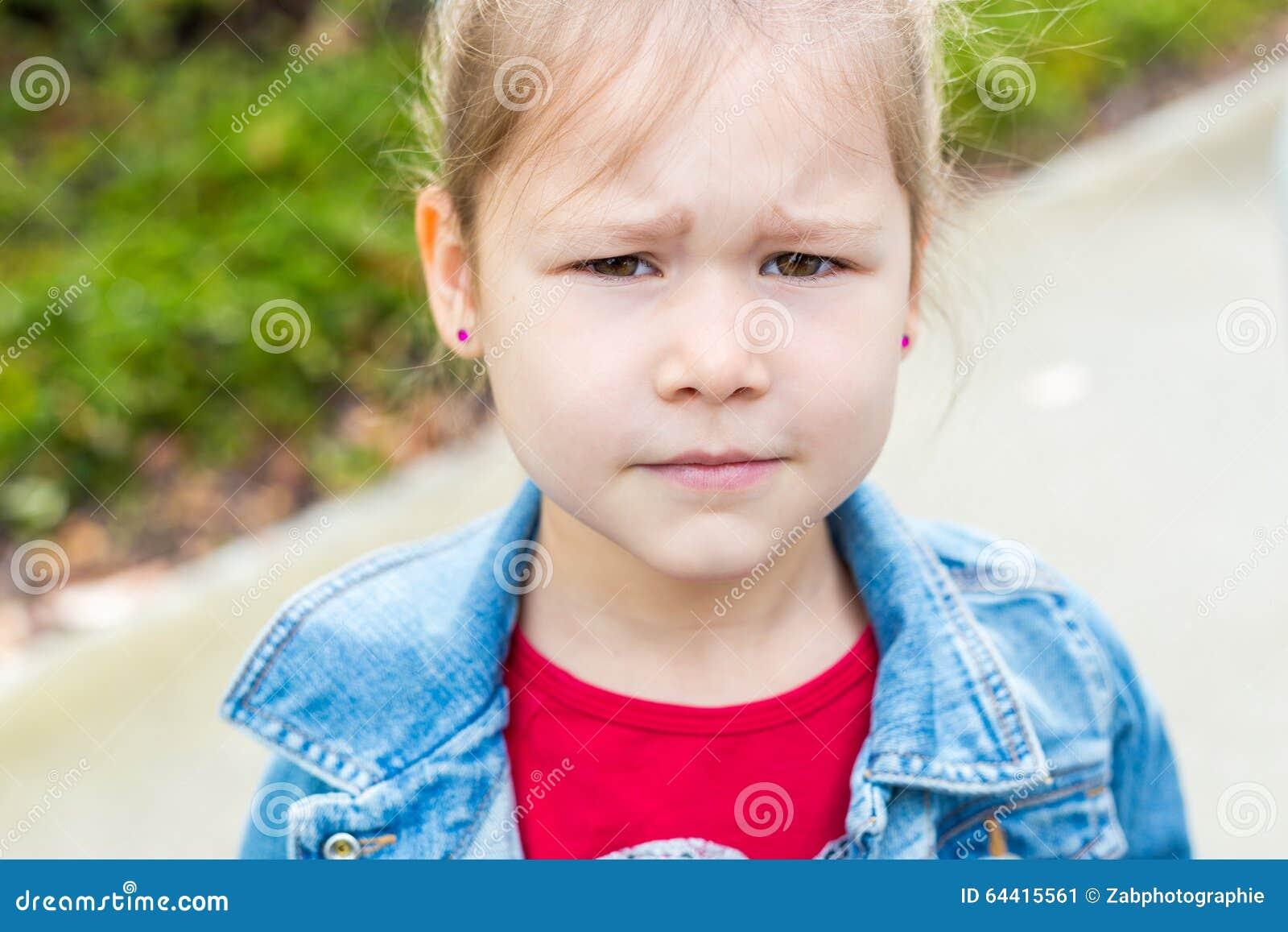 Mała Dziewczynka Patrzeje Szalenie