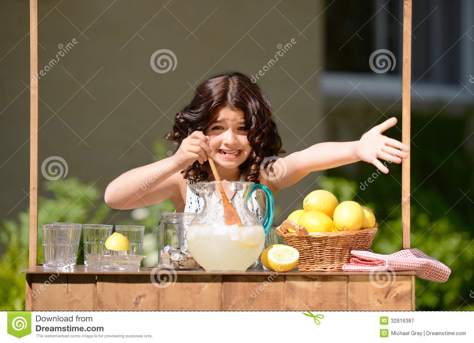 Mała dziewczynka próbuje sprzedawać lemoniadę