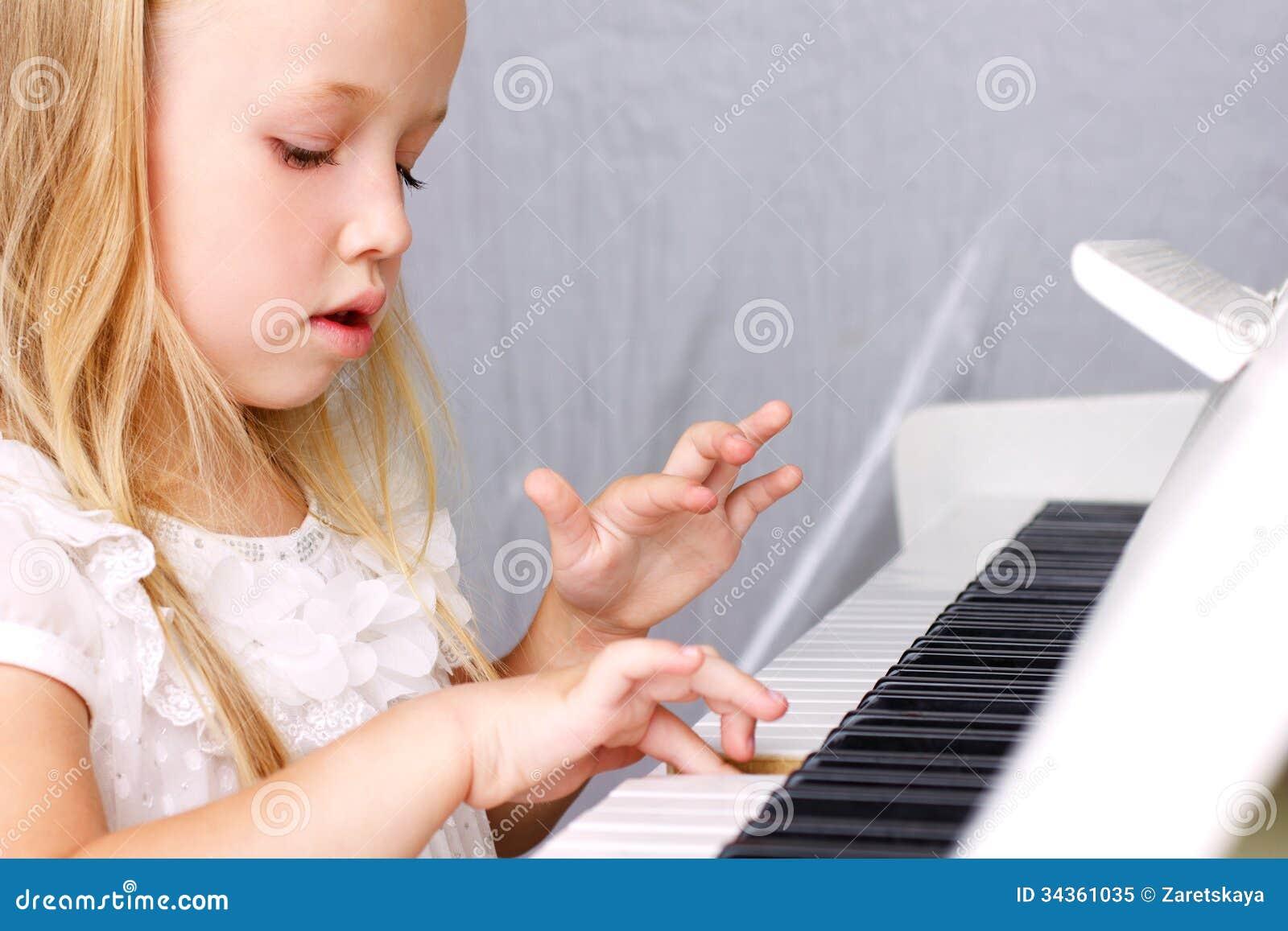 Mała dziewczynka przy pianinem