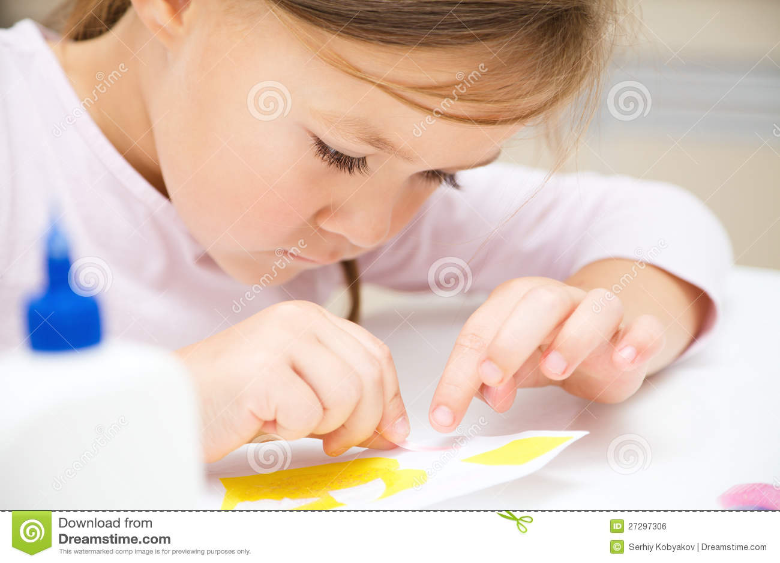 Mała dziewczynka robi sztukom i rzemiosłom w preschool