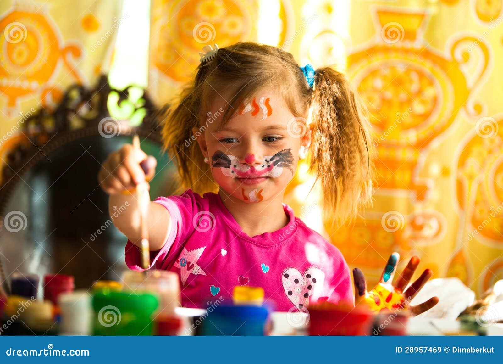 Mała dziewczynka rysunku farba