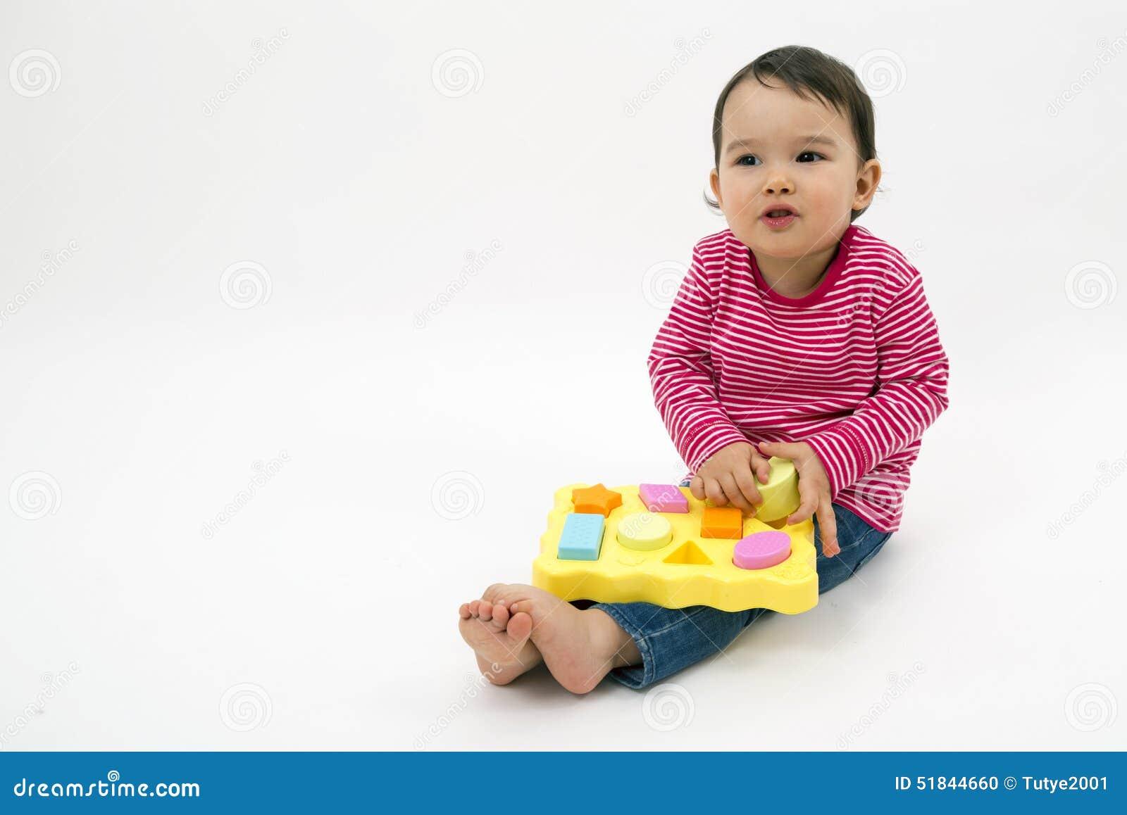Mała dziewczynka uczenie kształtuje, wczesna edukacja i daycare pojęcie