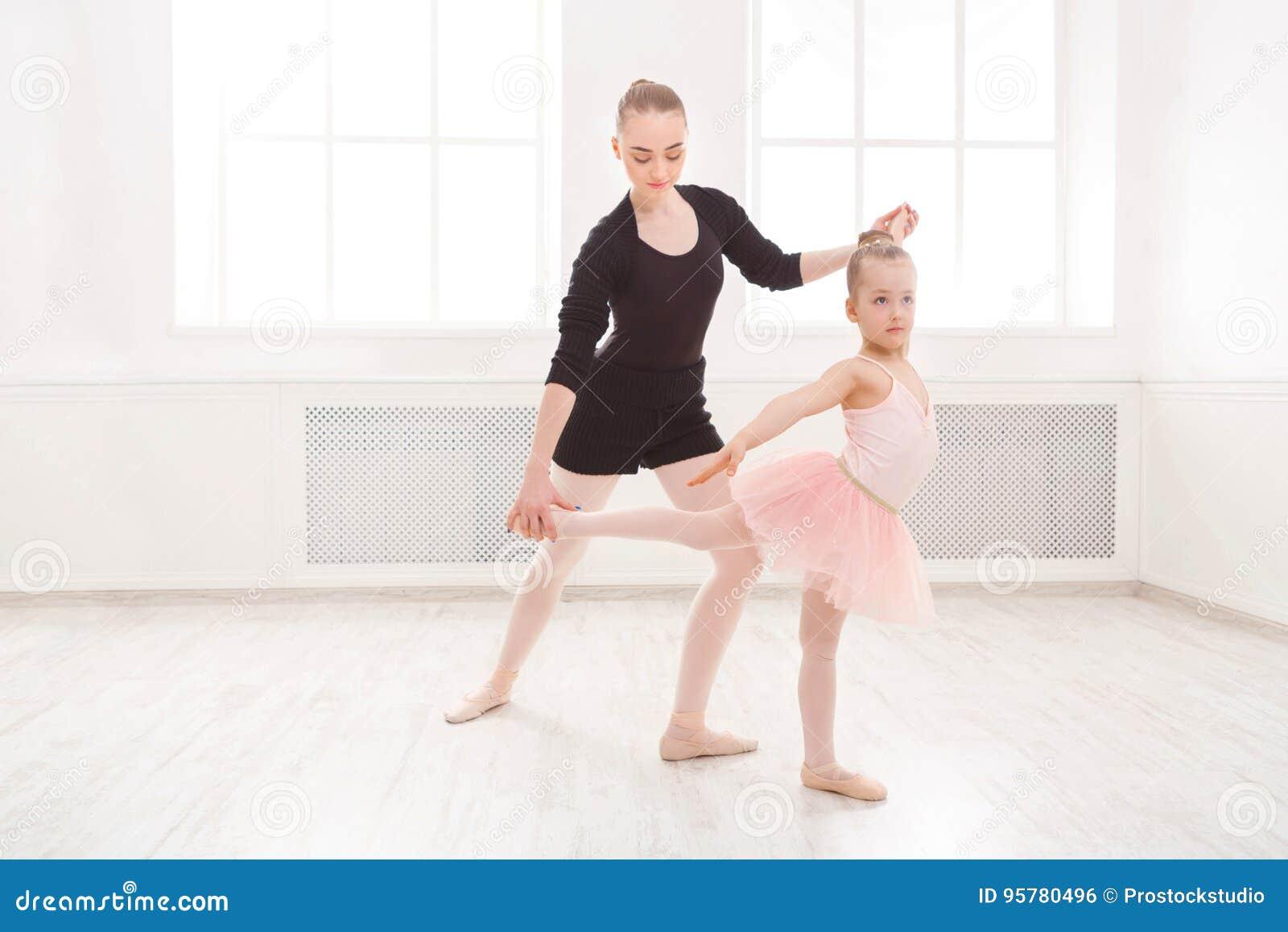 Mała dziewczynka uczy się balet z nauczyciel kopii przestrzenią