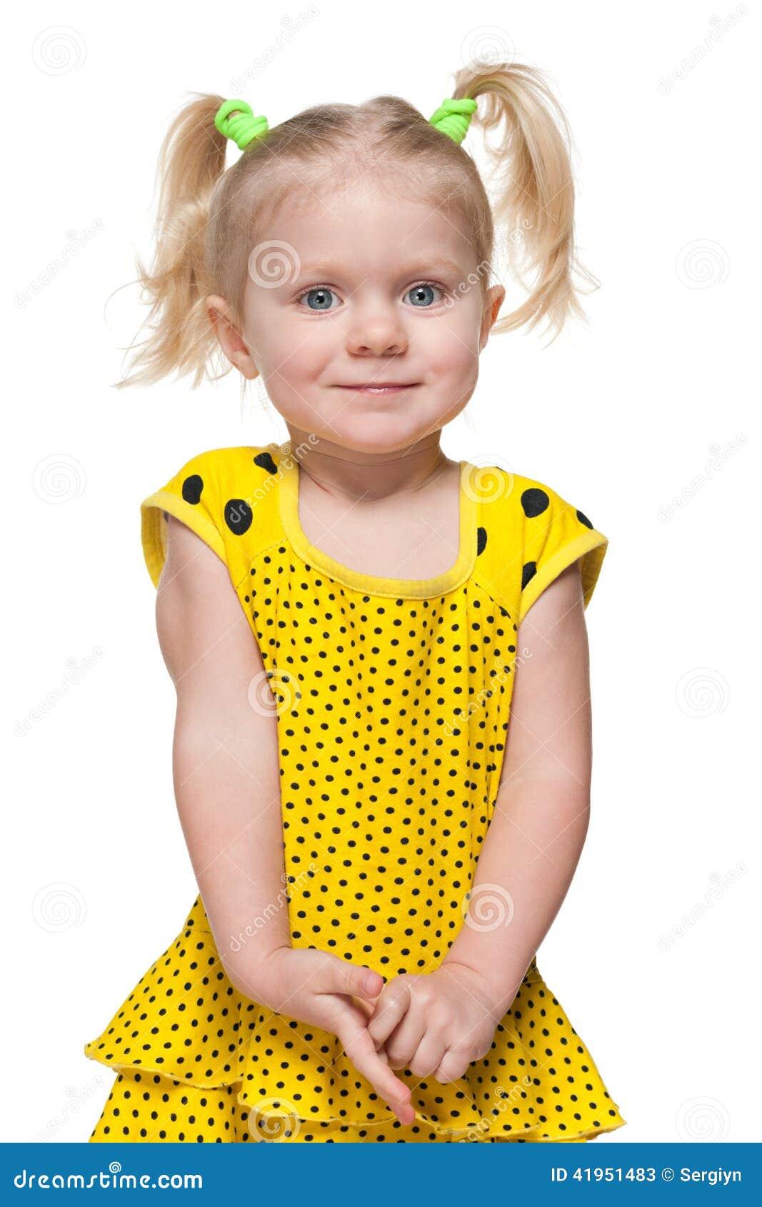 Mała dziewczynka w żółtej sukni
