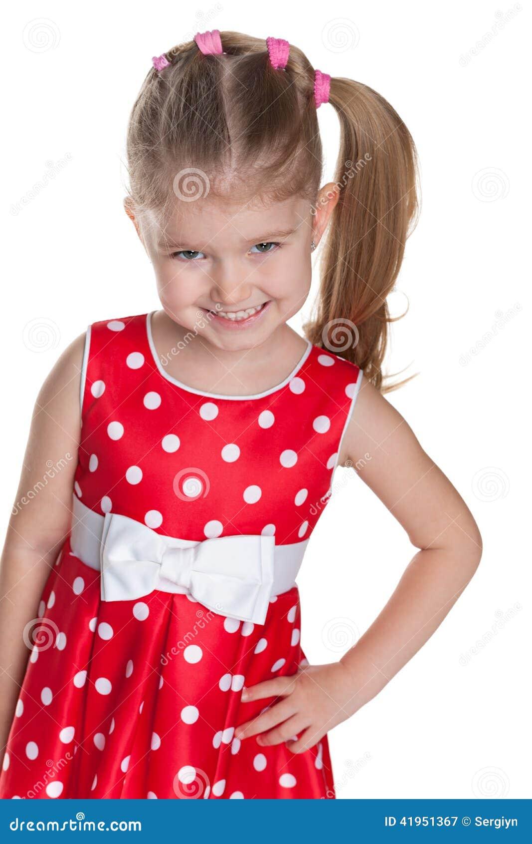 Mała dziewczynka w polki kropki czerwieni sukni