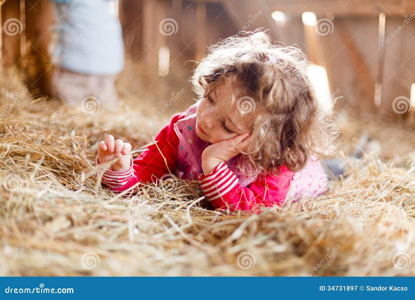Mała Dziewczynka w sianie