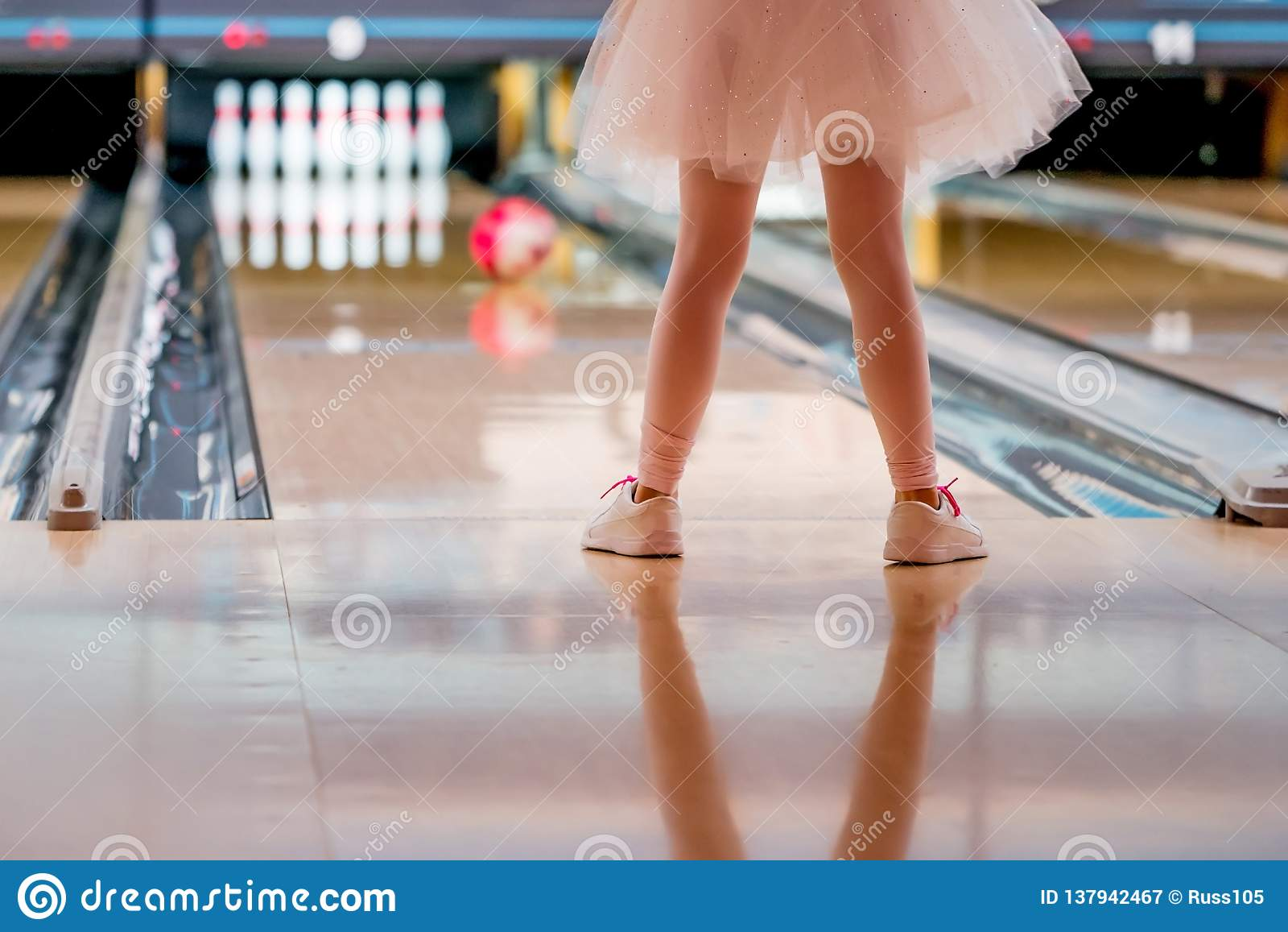 Mała Dziewczynka w spódniczka baletnicy kręgle