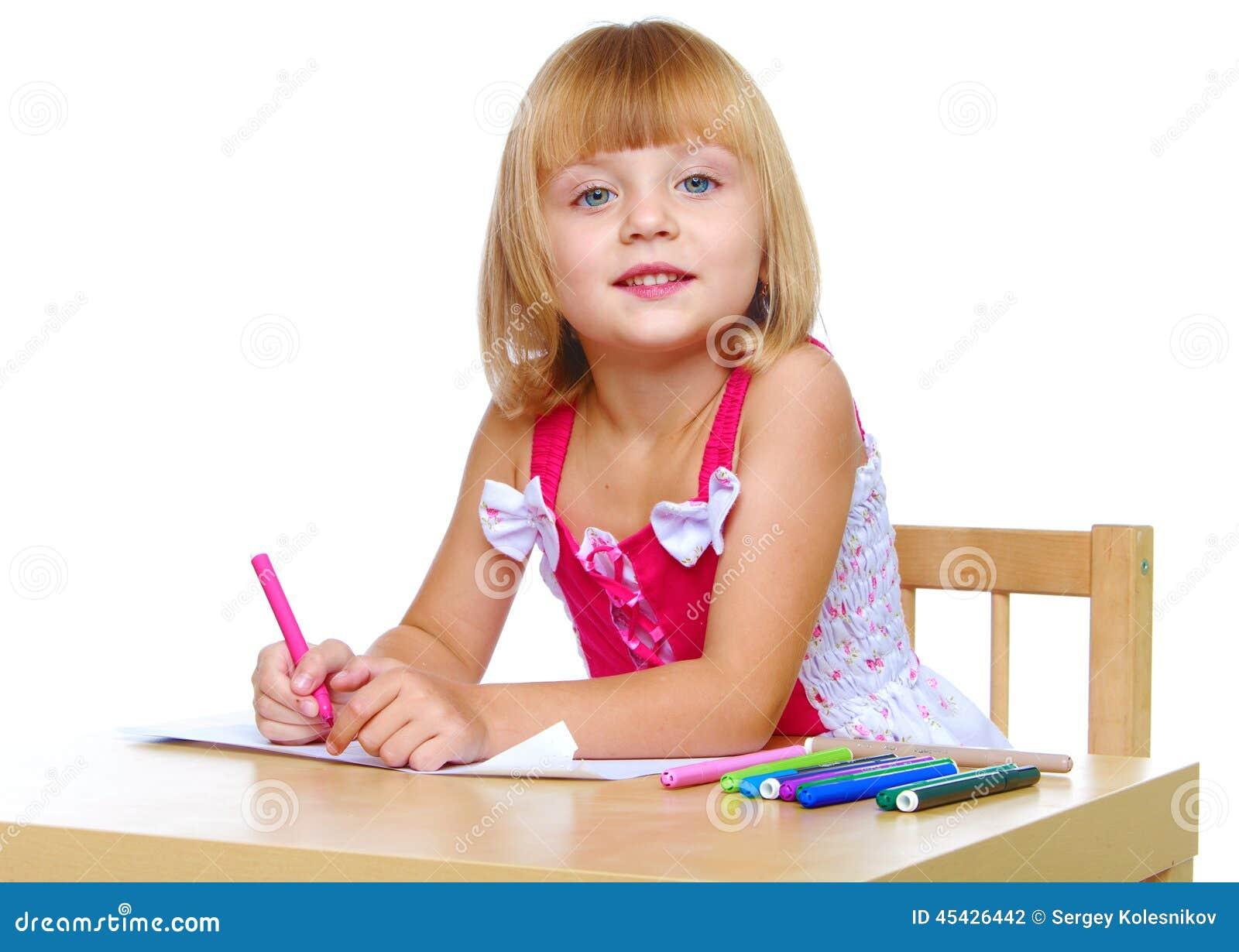 Mała dziewczynka w sukni czerwonych remisach