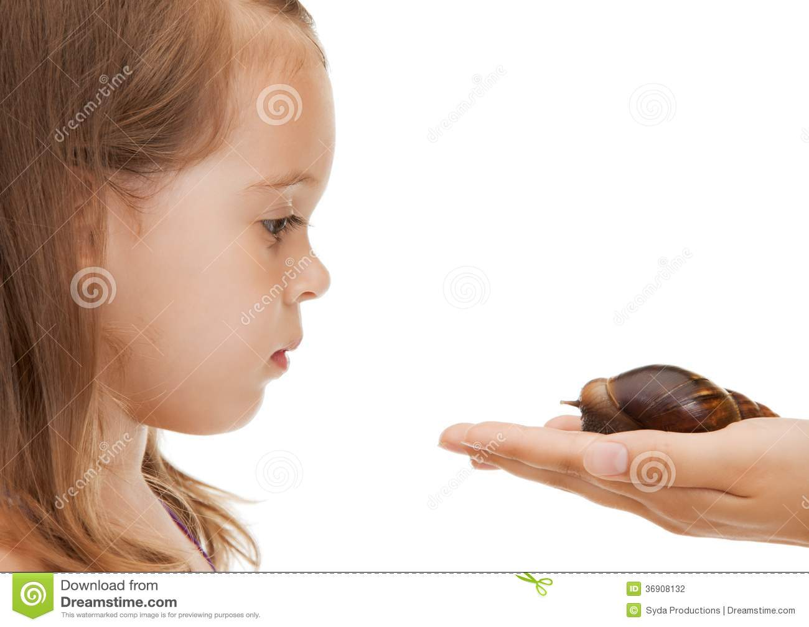 Mała dziewczynka z ślimaczkiem