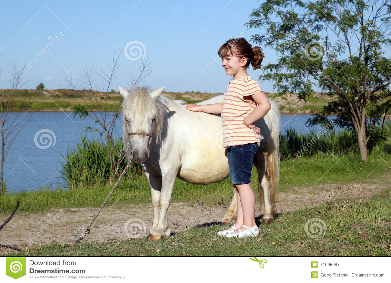 Mała dziewczynka z konika koniem