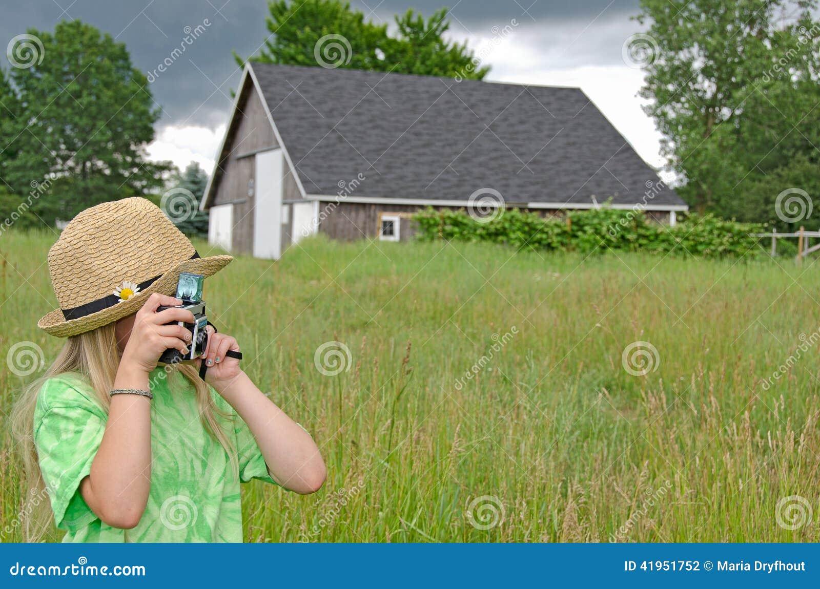 Mała dziewczynka z starą kamerą
