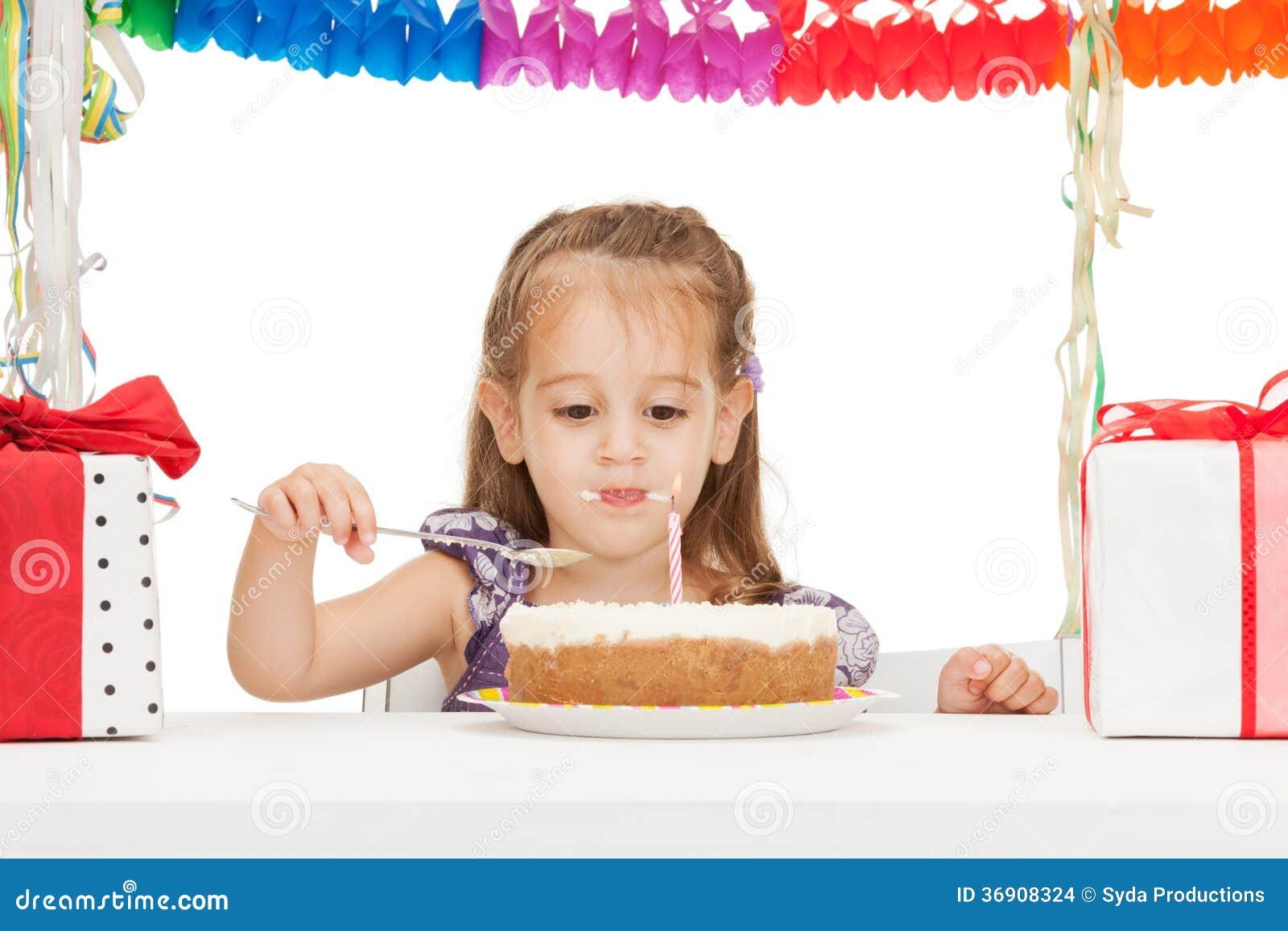 Mała dziewczynka z urodzinowym tortem