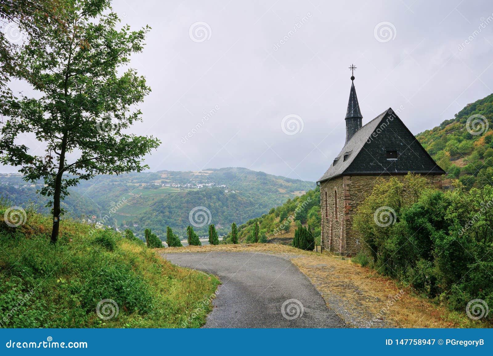 Mała kaplica na sławnym Rheinsteig Wycieczkuje ścieżkę nad Rhine rzeka wysoko