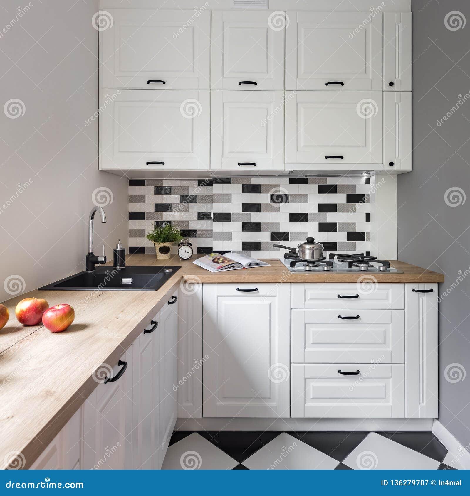 Mala Kuchnia Z Bialym Meble Obraz Stock Obraz Zlozonej Z Meble