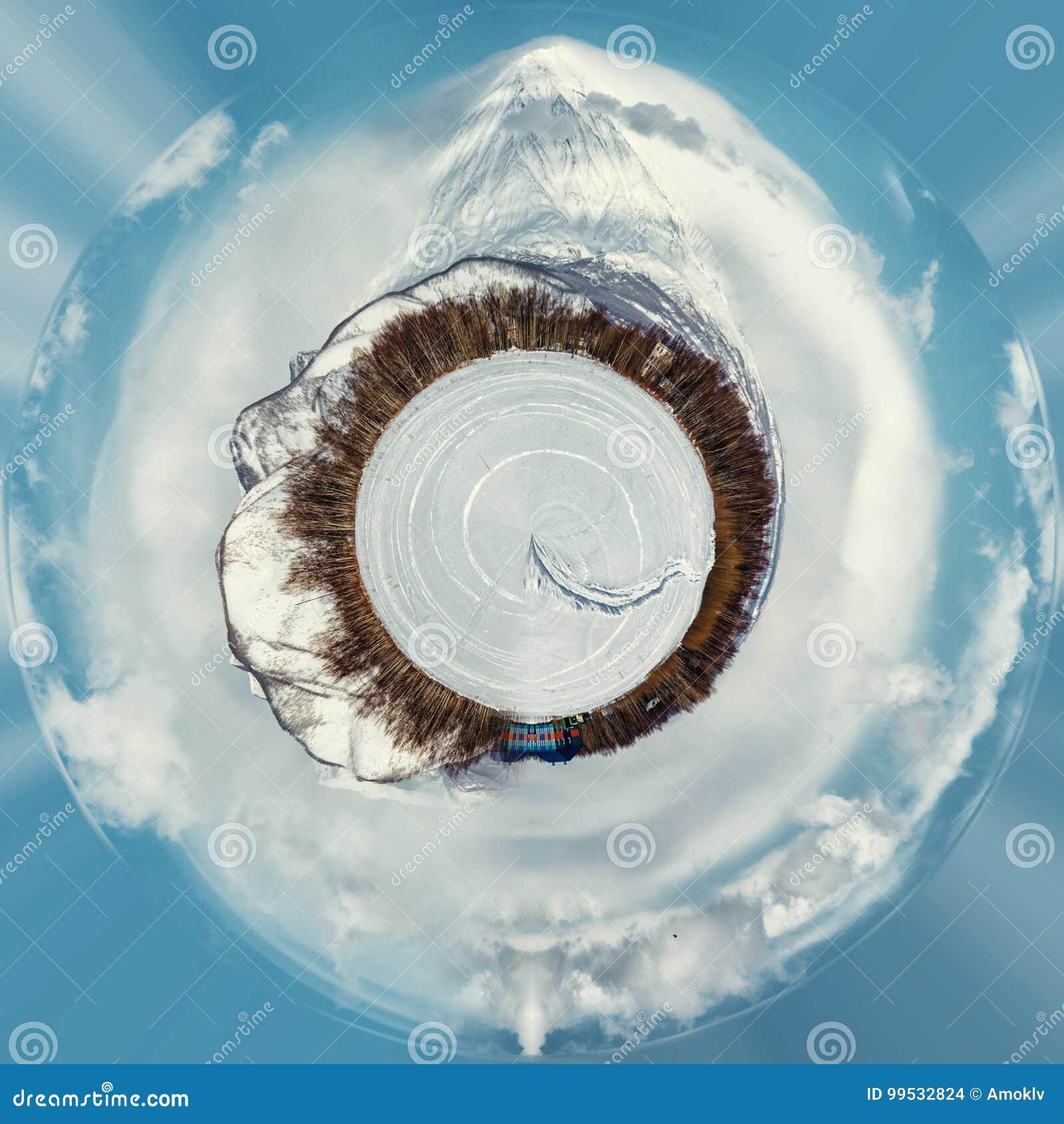 Mała planeta 360 stopni sfera Panorama Koryaksky wulkan i otaczanie śnieżysta wieś kamchatka