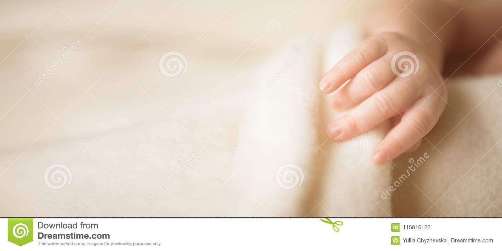 Mała ręka nowonarodzony dziecko dziecko jej mama Macierzyński, rodzinny, dba pojęcie i rodzi zanieczyszczenie na rzecznym Arno