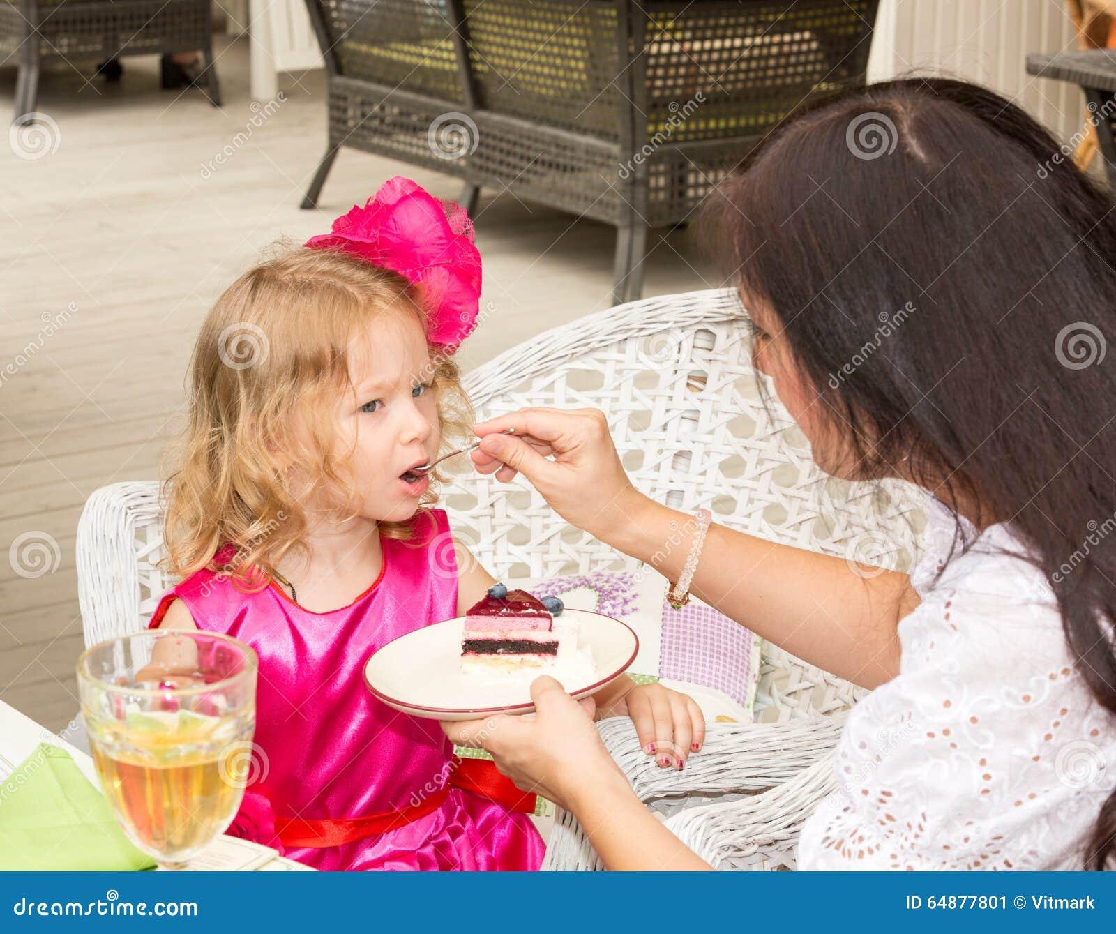 Mała urocza dziewczyna świętuje 3 roku urodziny i je tort