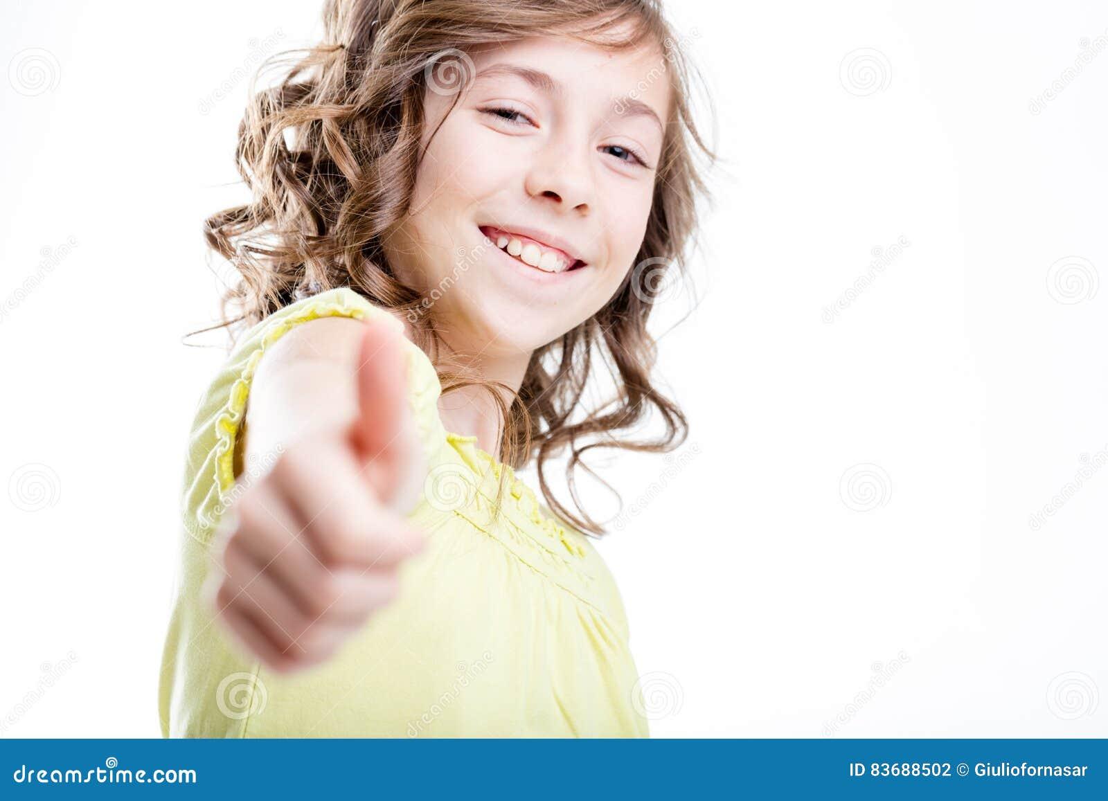 Mała urocza dziewczyna pokazuje kciuk up