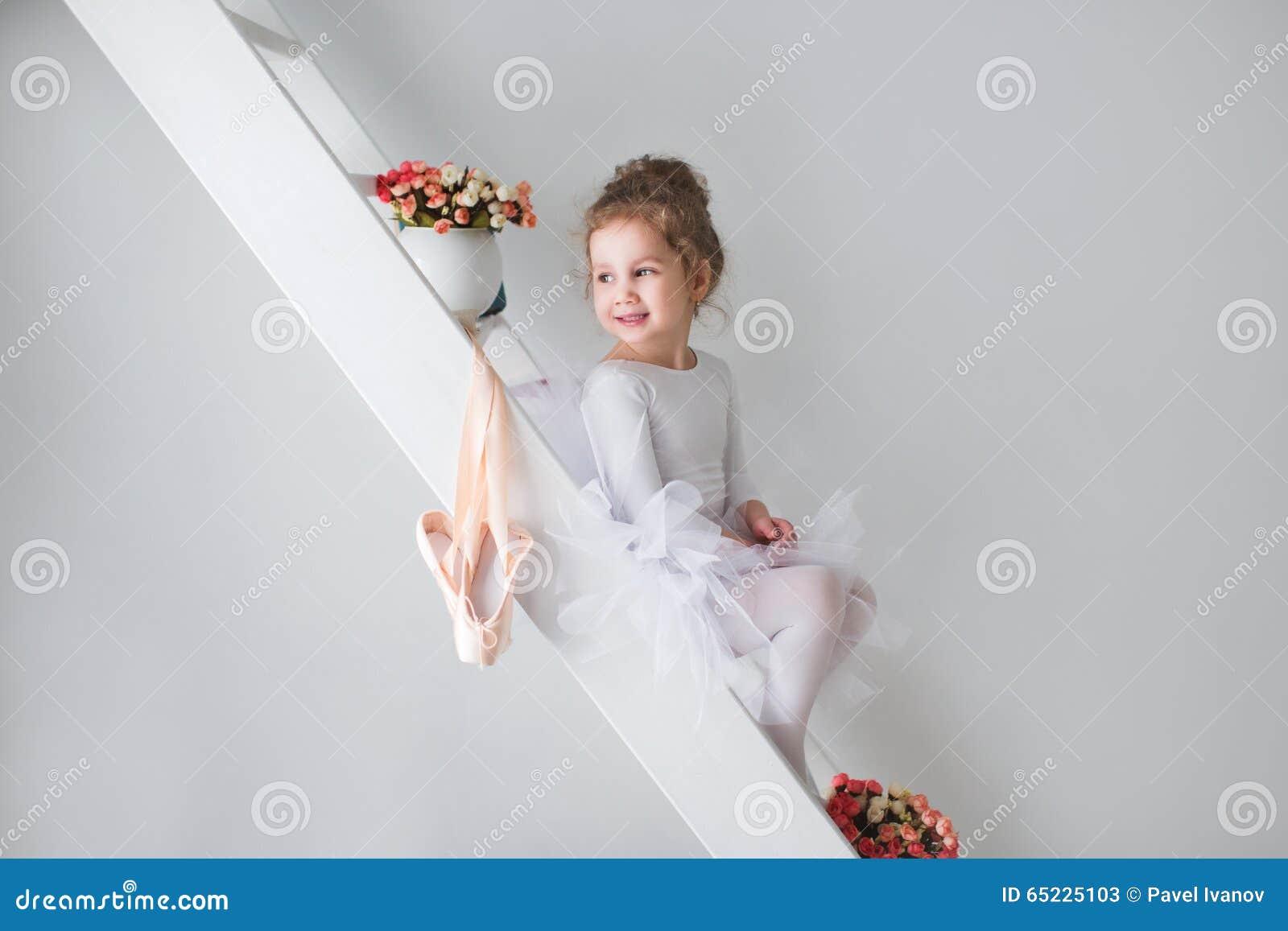 Mała urocza młoda balerina w figlarnie nastroju