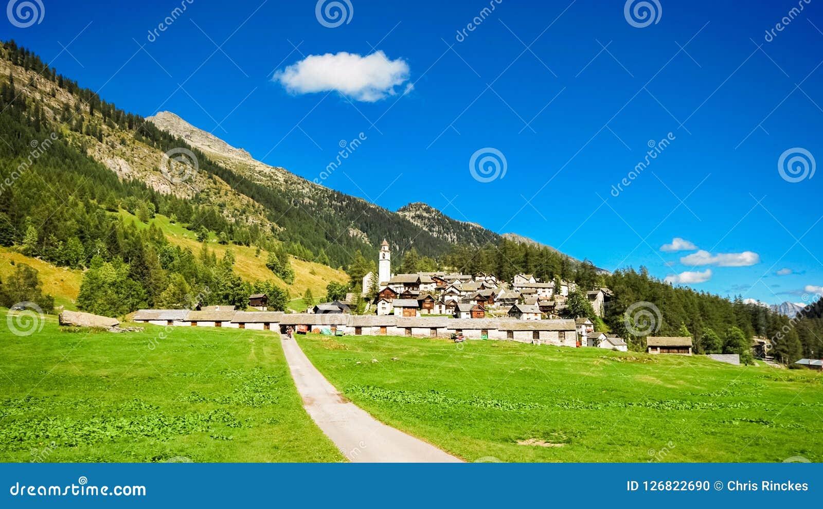 Mała wioska Bosco Gurin w Ticino, Szwajcaria