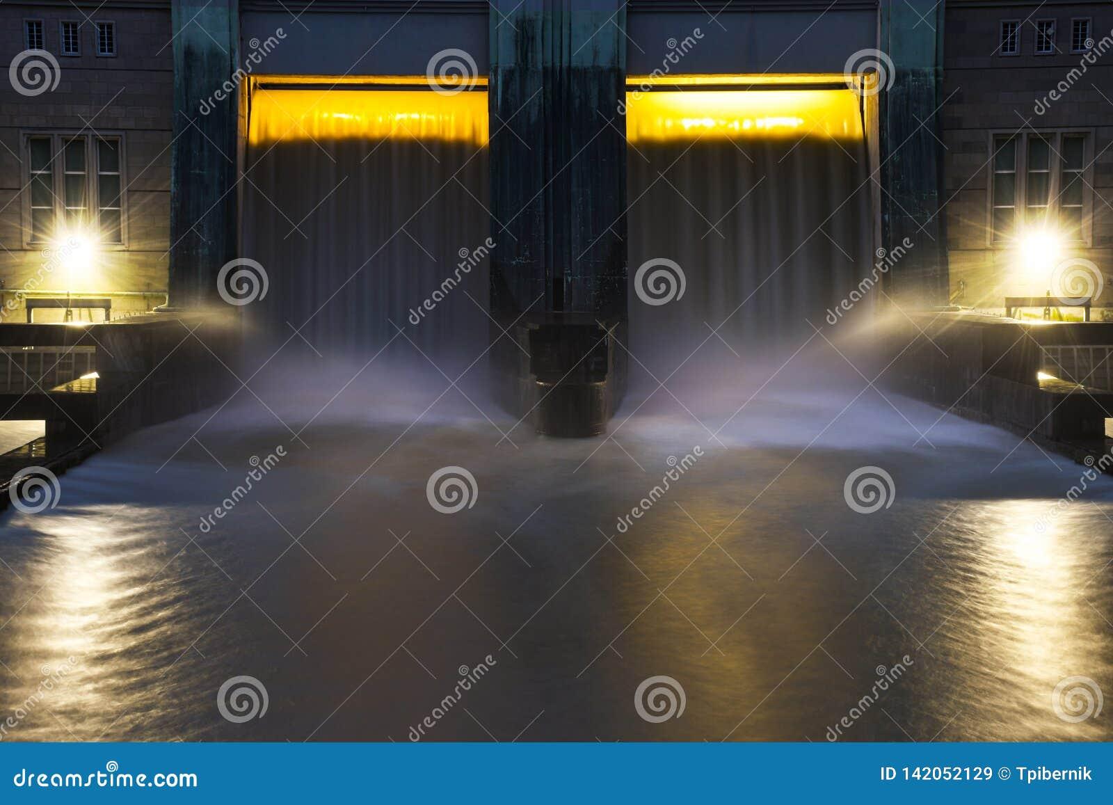 Mała wodna grobelna elektryczności elektrownia z pięknym zmierzchem