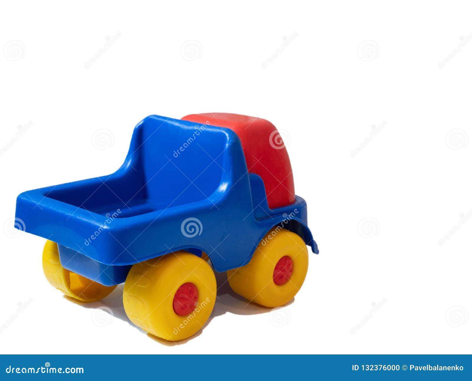 Mała zabawkarska samochód ciężarówka odizolowywająca na bielu