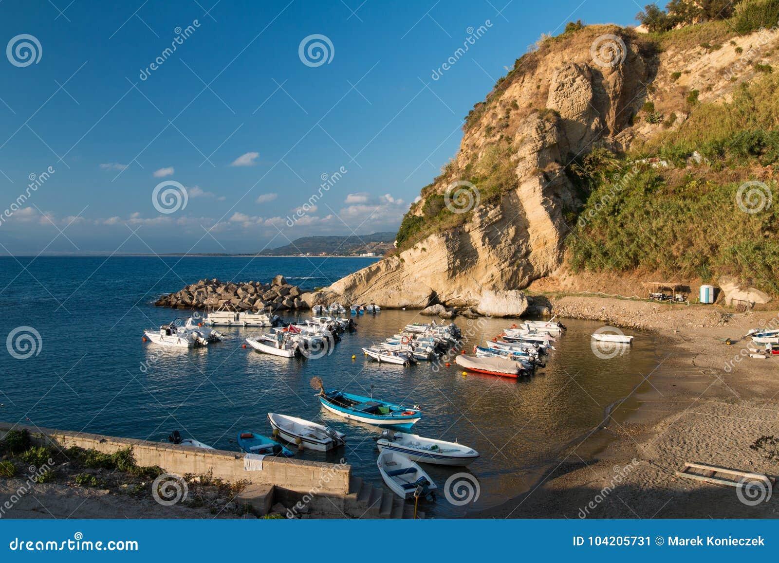 Mała zatoka w Tyrrhenian morzu